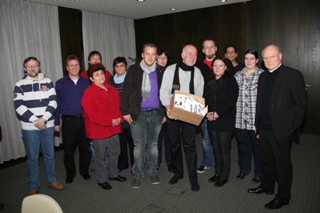 Die Mitglieder des Betriebsrates übergaben Bischof Konrad Zdarsa auch Postkarten, die Mitarbeiter, Angehörige und Unterstützer unterzeichnet hatten.