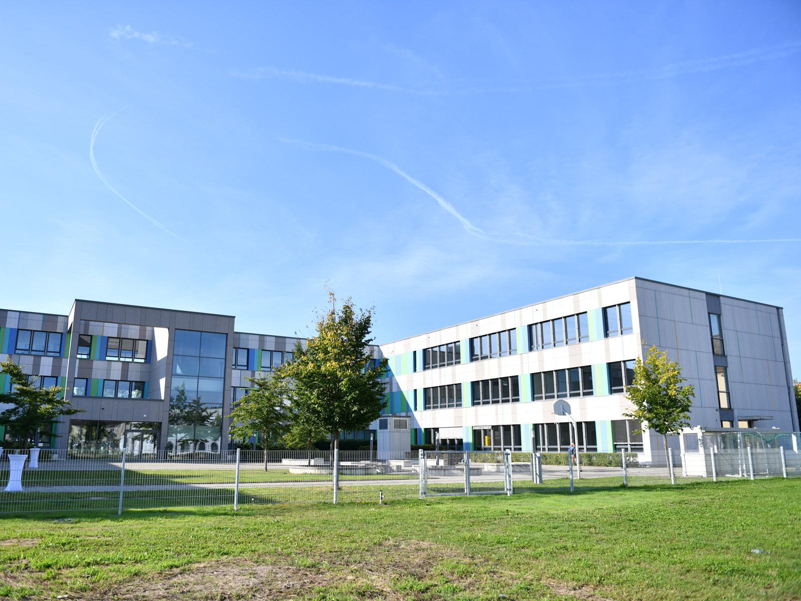 Die Grundschule liegt im hier rechten Flügel des Bischof-Ulrich-Schulzentrums.