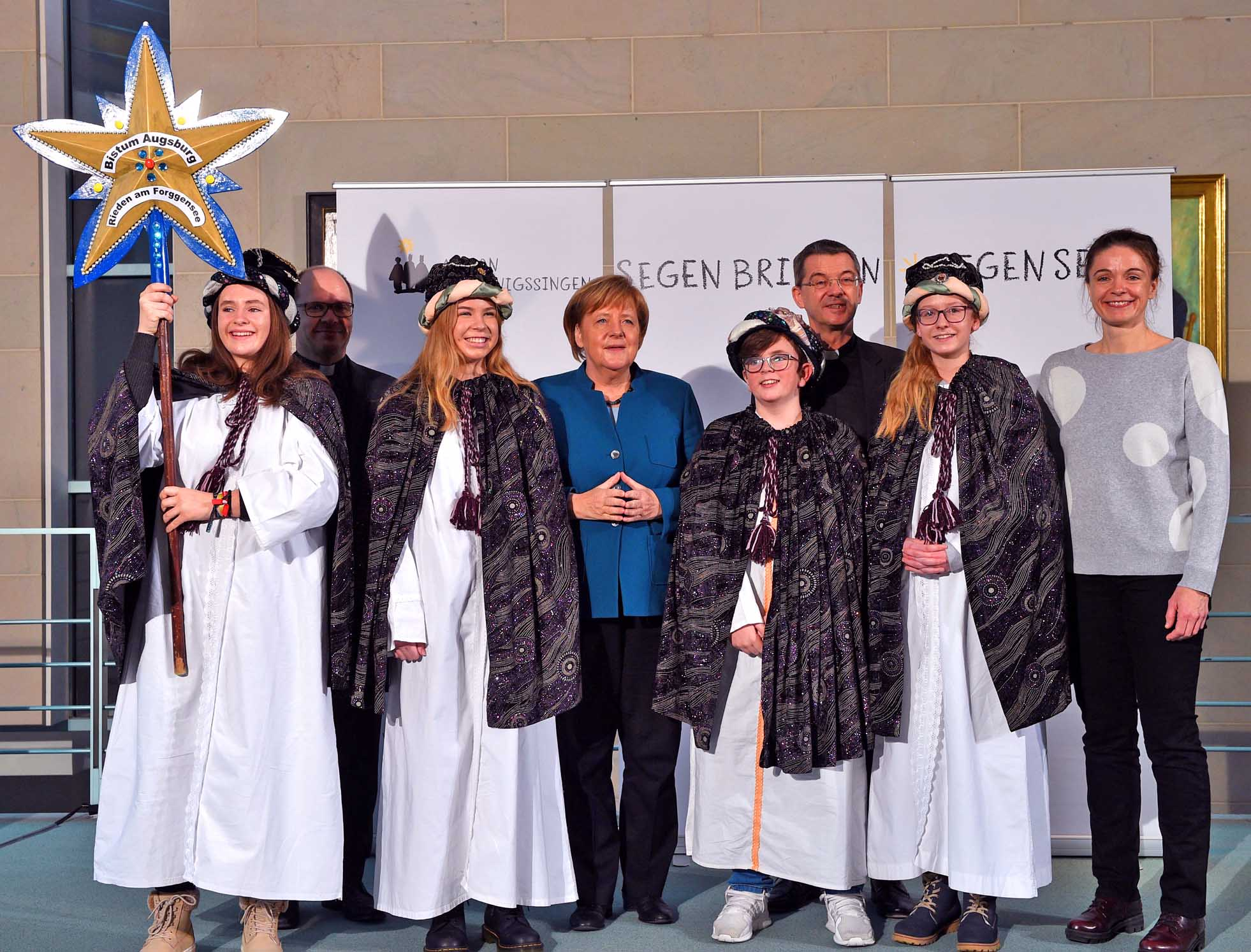 Die Sternsinger Emma (15), Elena (14), Max (12) und Lea (14) sowie Begleiterin Uta Schneider aus der Pfarreiengemeinschaft Roßhaupten vertraten das Bistum Augsburg am Montag beim Sternsinger-Empfang von Bundeskanzlerin Angela Merkel. Foto: Ralf Adloff/Kindermissionswerk