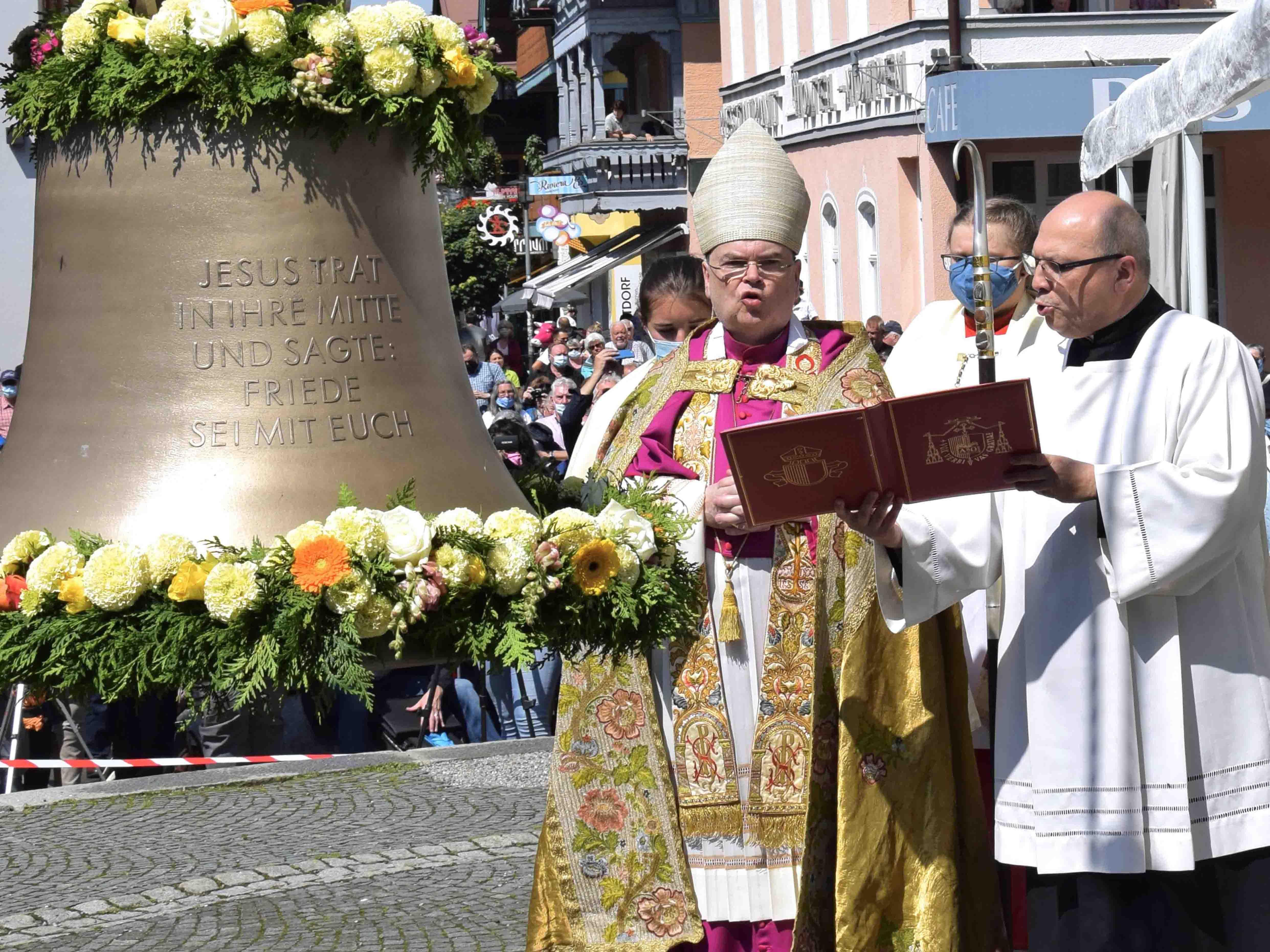 Bischof Dr. Bertram Meier segnete vor der Oberstdorfer Pfarrkirche St. Johannes Baptist die Friedensglocke. (Foto Verspohl-Nitsche / pdsf)