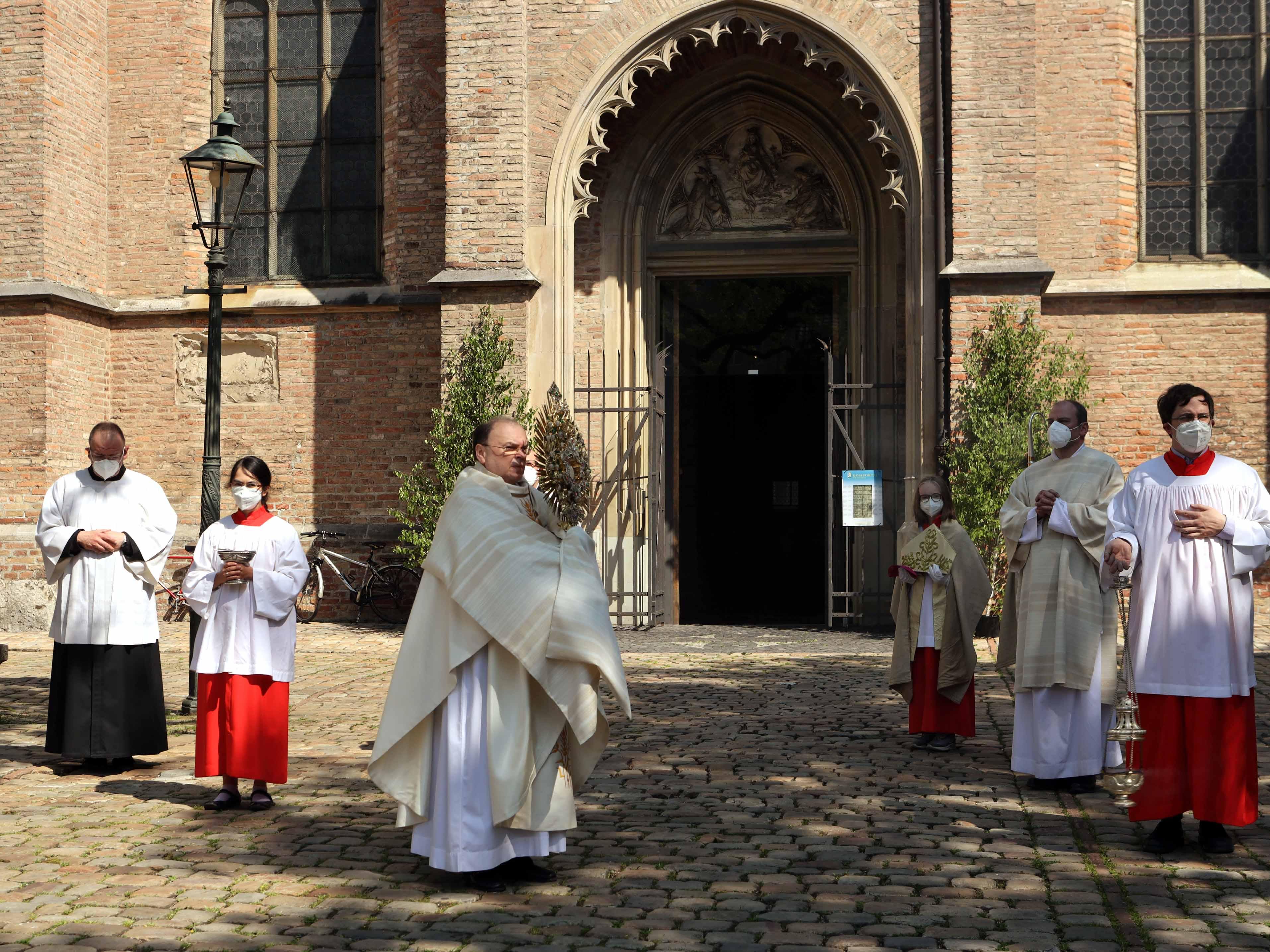 Statt der traditionellen Prozession durch die Stadt hielt Bischof Bertram coronabedingt eine Statio auf dem Domplatz und segnete die Stadt sowie ihre Bewohner (Fotos: Annette Zoepf / pba)