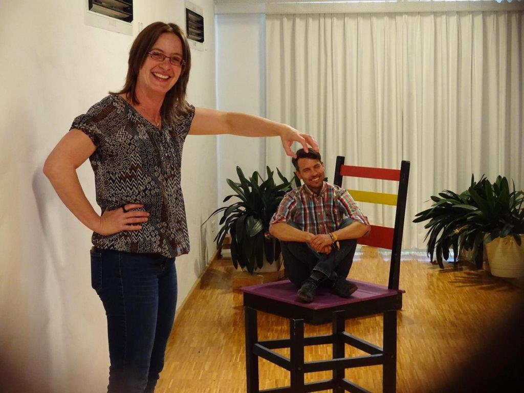 Optische Täuschungen auf dem Gemeindereferententag in Dillingen: Das Bild zeigt die beiden Gemeindereferenten Stefan Schneid und Christine Stutzky. (Foto: privat)