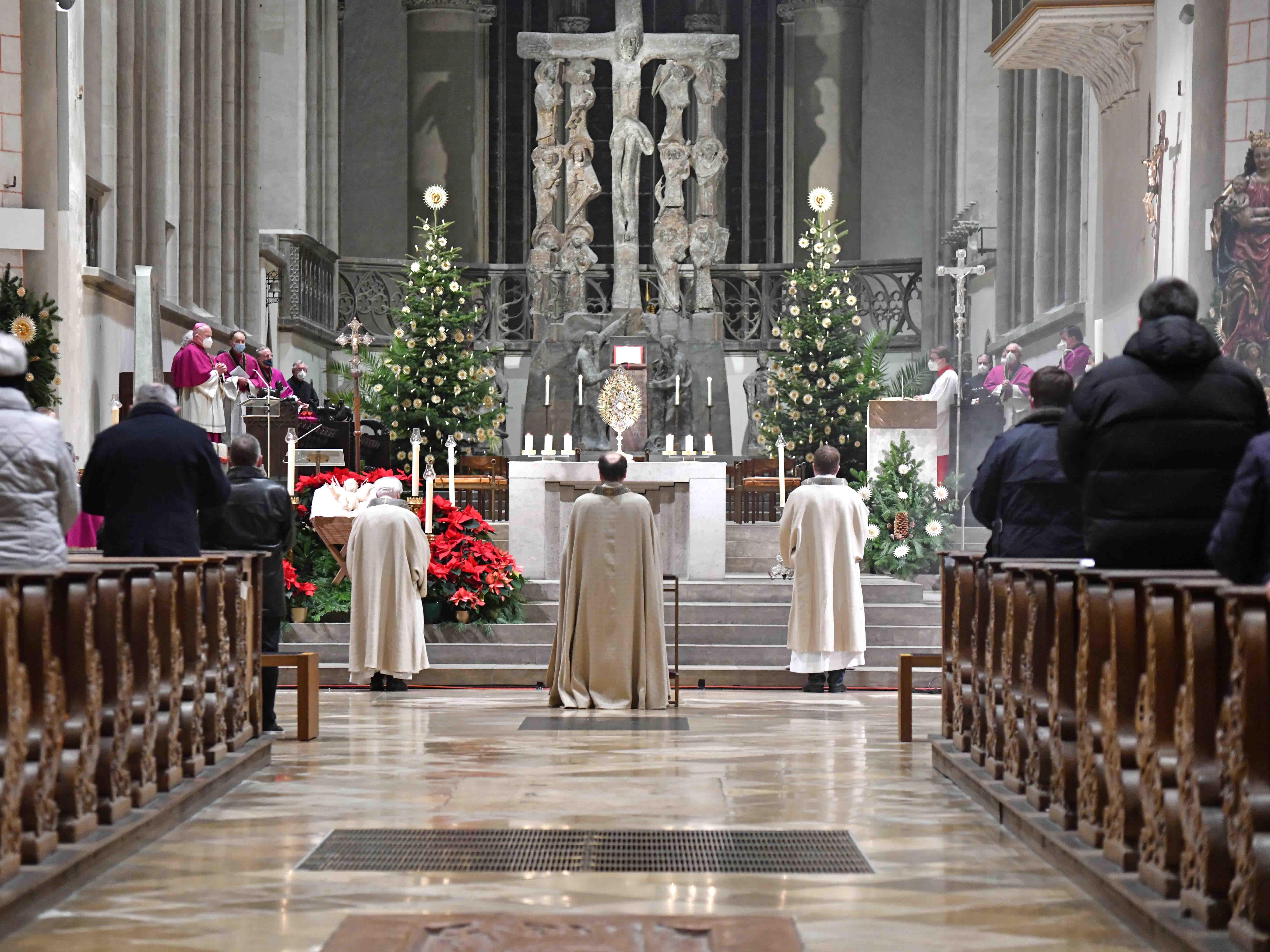 Zum Te Deum erhoben sich die Gottesdienstbesucher gemeinsam mit Bischof Bertram. (Fotos: Nicolas Schnall / pba)