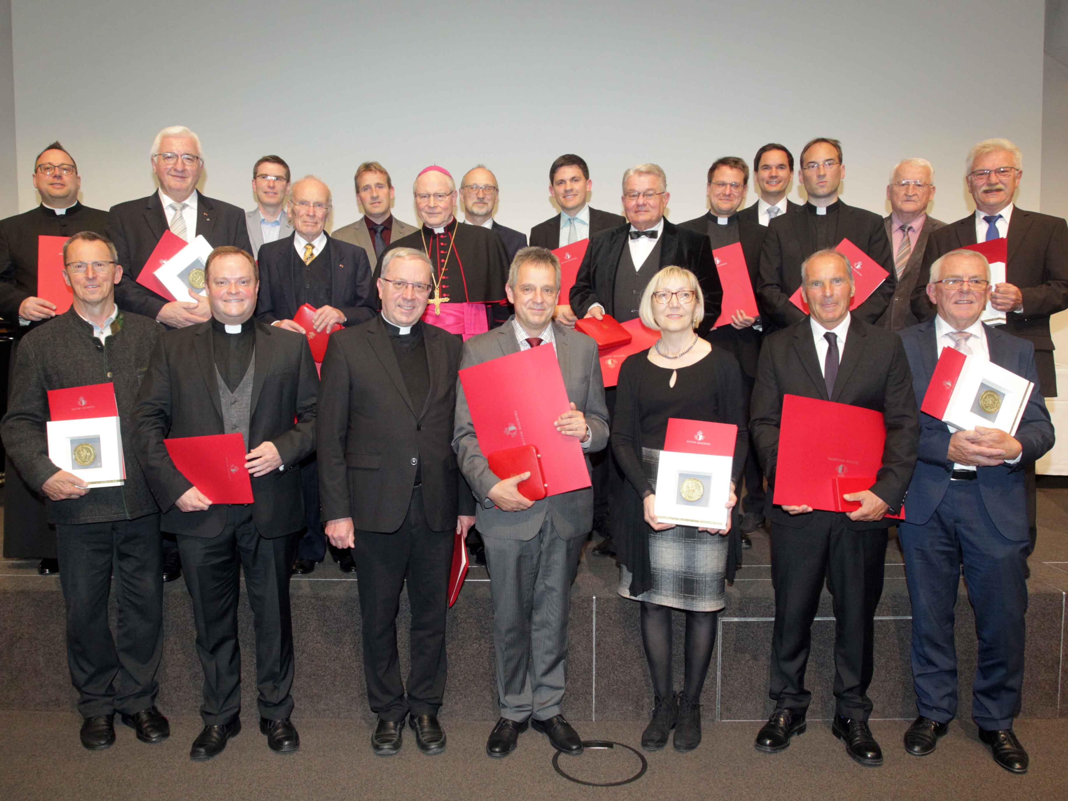 Stellvertretend für unzählige andere wurden heute 20 Personen aus dem Bistum Augsburg geehrt. (Foto: Annette Zoepf/pba)
