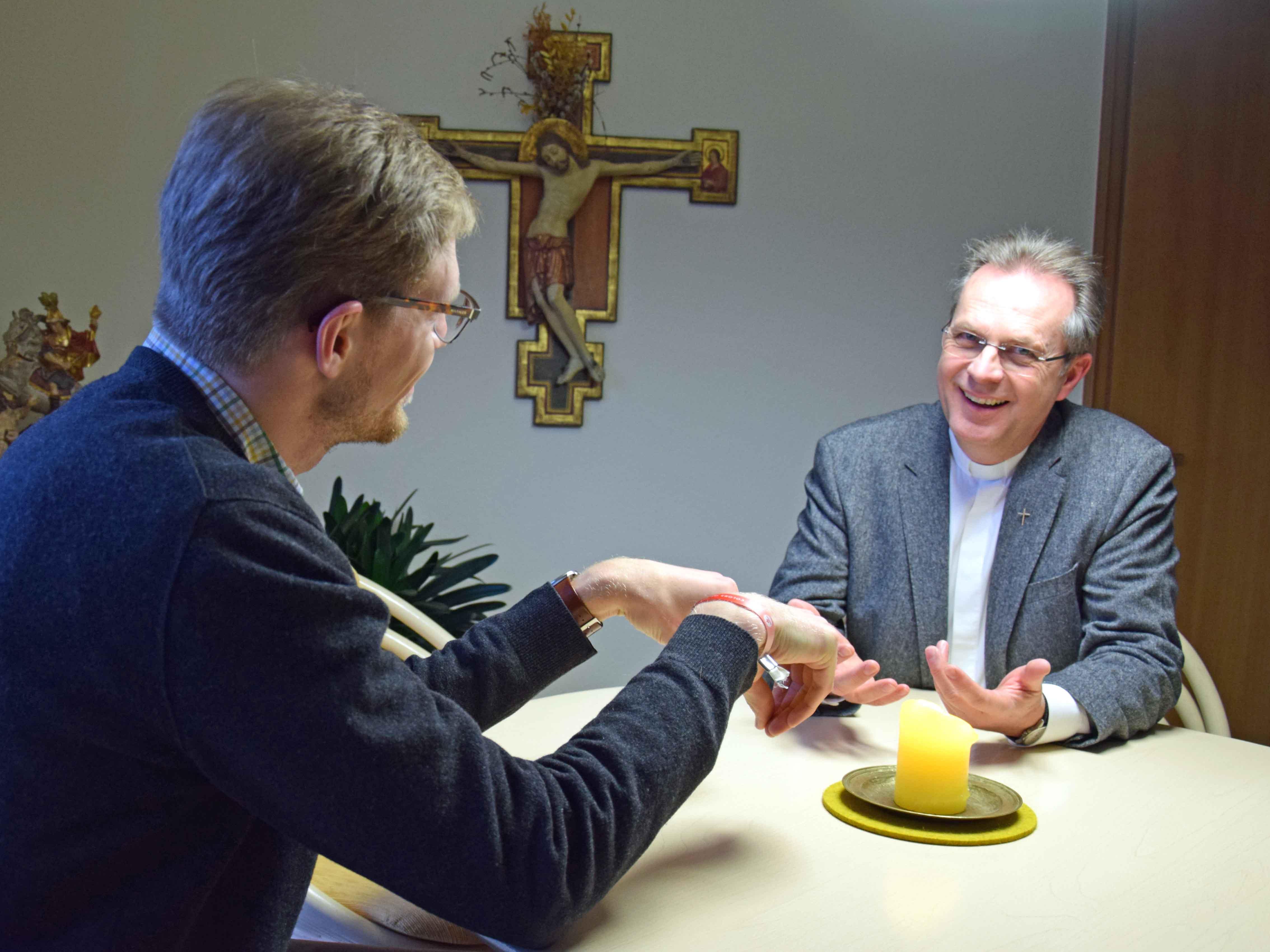 Priesterseelsorger Pfarrer Rupert Ebbers (rechts) führt ein Gespräch mit einem Mitbruder. (Foto: Sabine Verspohl-Nitsche / pdke)