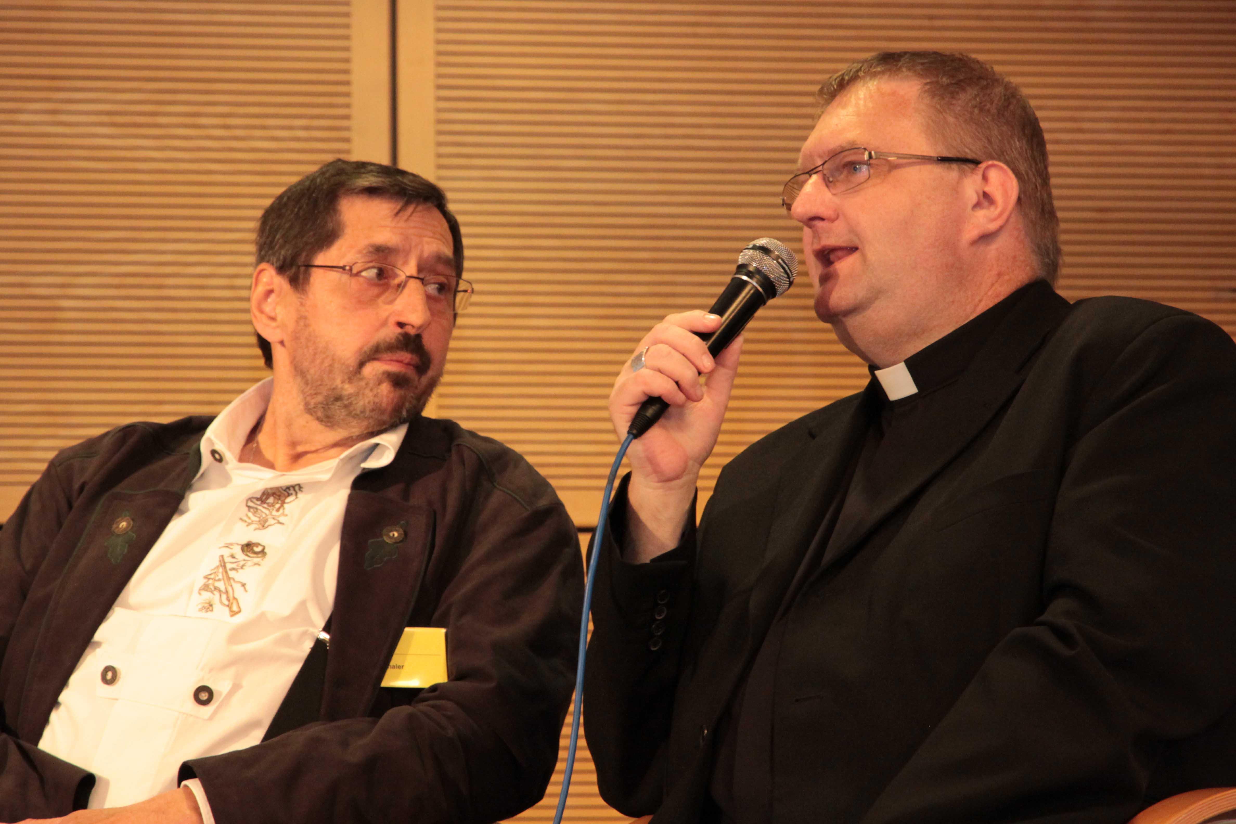 Stadtpfarrer Frank Faulhaber (rechts) berichtet über sein Leben mit einer gespendeten Leber.