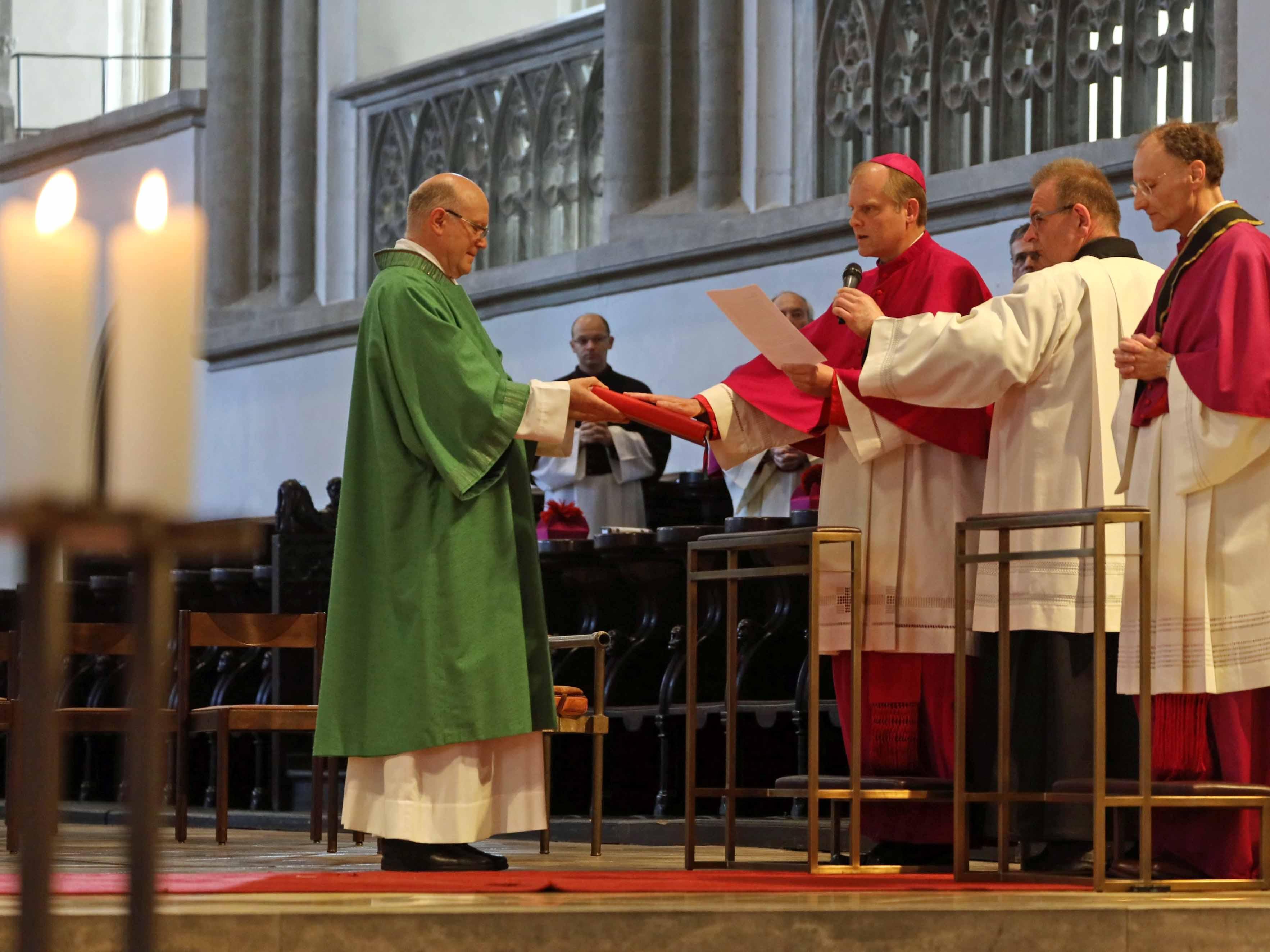 Weihbischof Florian Wörner beim Ablegen des Treueids zusammen mit (rechts) Domdekan Msgr. Dr. Wolfgang Hacker (Foto: Annette Zoepf/pba)