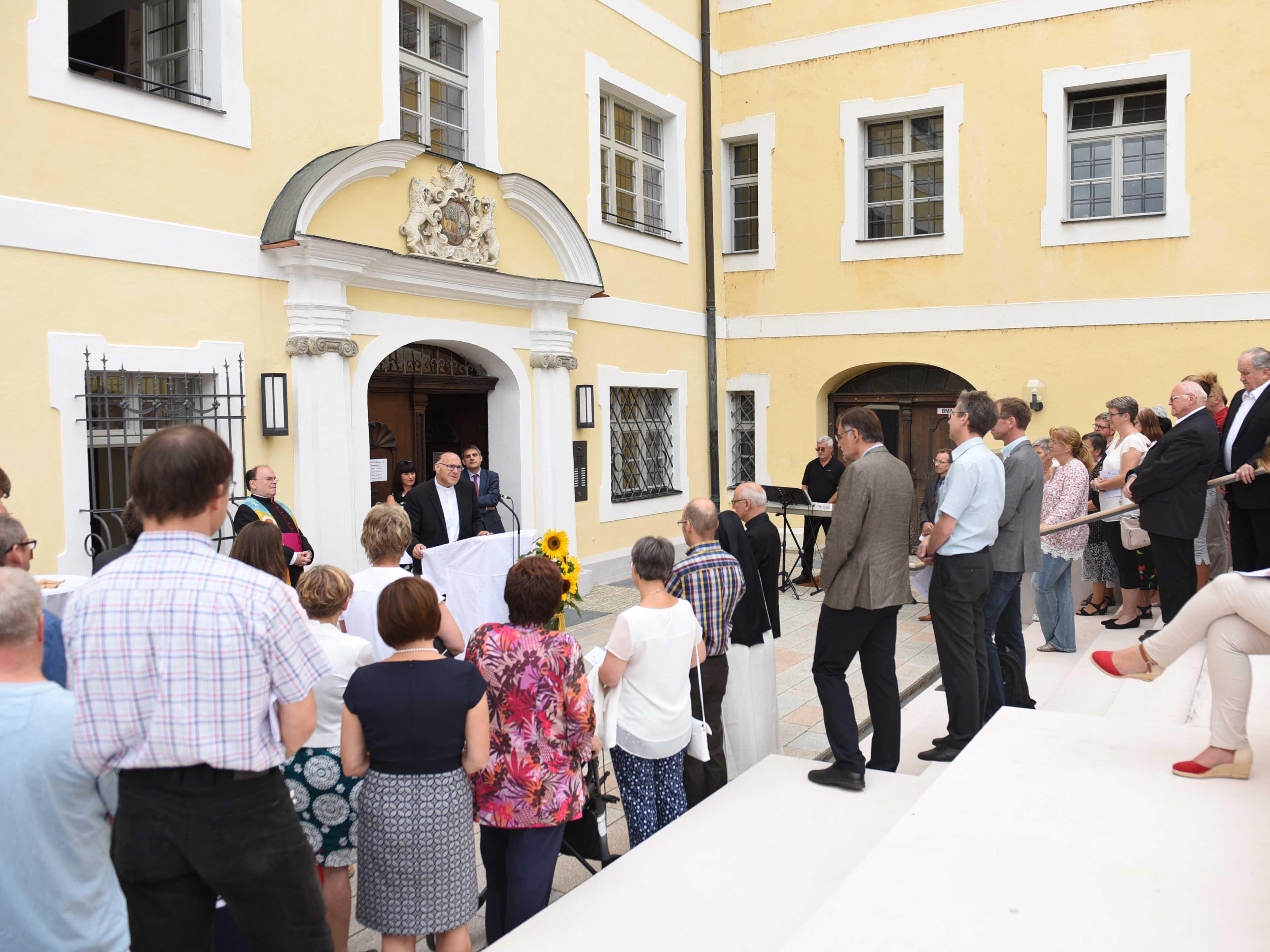 In einer Einweihungsfeier mit rund 100 Festgästen wurden die neuen Räumlichkeiten der Außenstelle gesegnet (Foto: Maria Steber / pba).