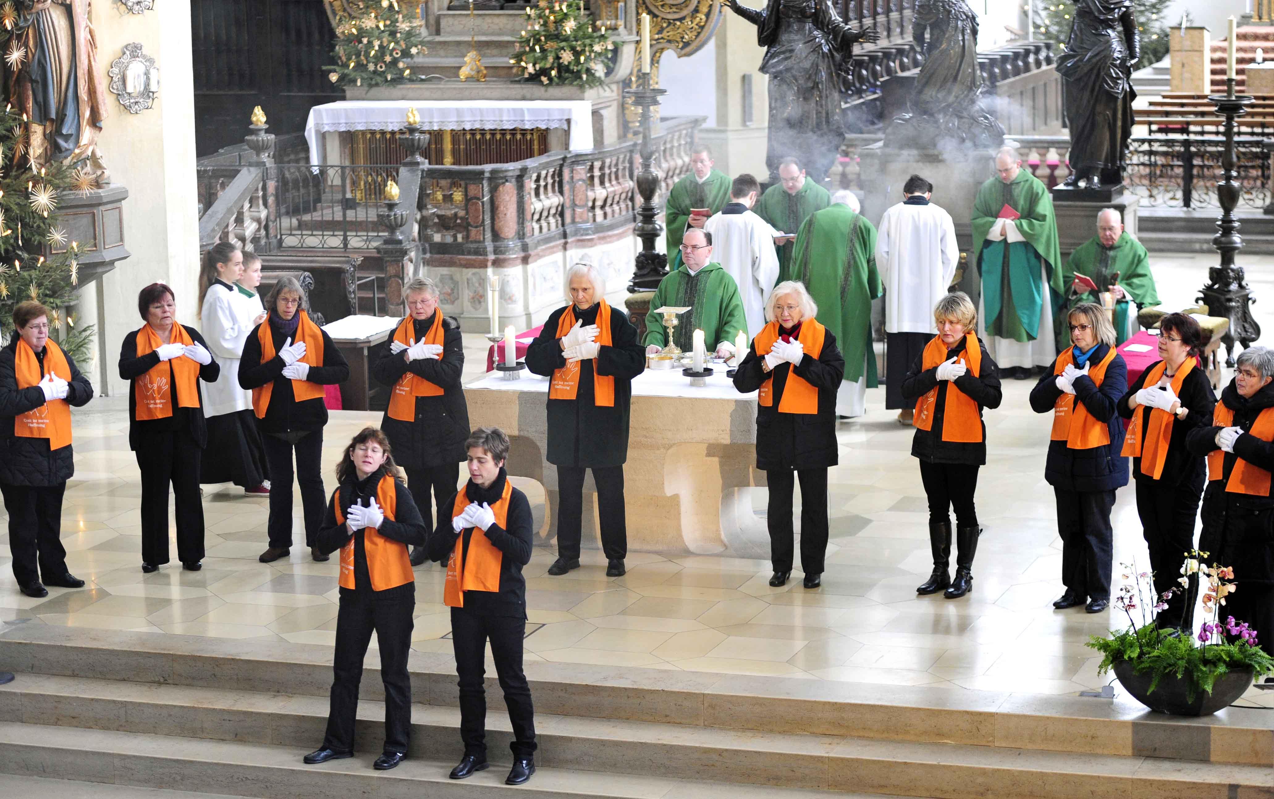 Der ökumenische Gebärdenchor Augsburg beim Festgottesdienst in der Basilika St. Ulrich und Afra. (Foto: Pressestelle Bistum Augsburg/Nicolas Schnall)