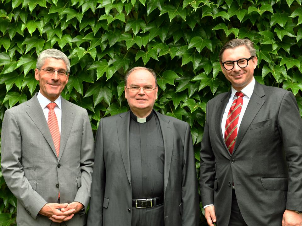 Finanzdirektor Dr. Klaus Donaubauer mit Diözesanadministrator Prälat Dr. Bertram Meier sowie seinem Nachfolger Jérôme-Oliver Quella. (Von links, Foto: Daniel Jäckel/pba)