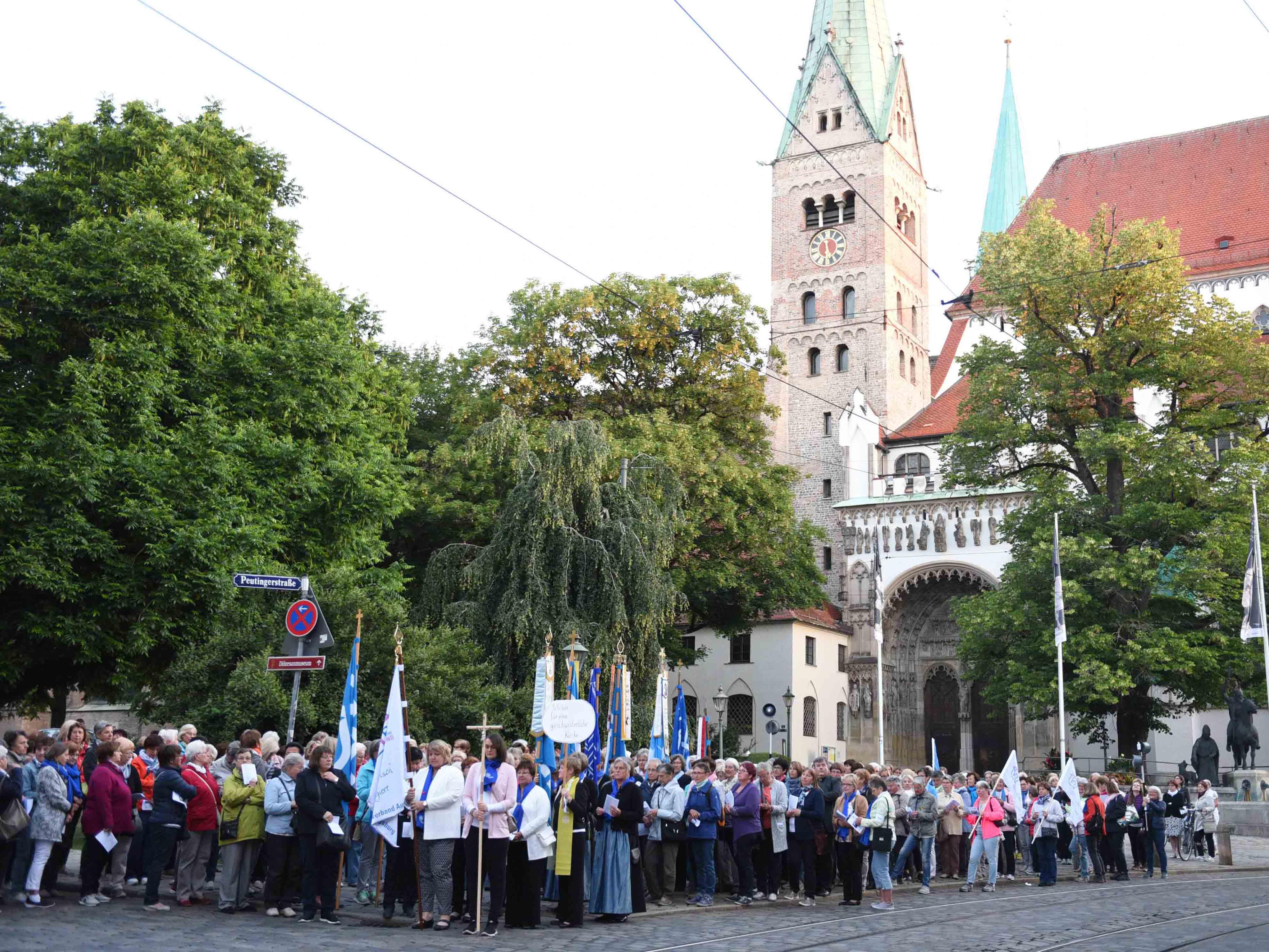 Rund 500 Frauen machten sich heute bei der Frauenwallfahrt singend und betend auf den Weg. (Foto: Maria Steber / pba)