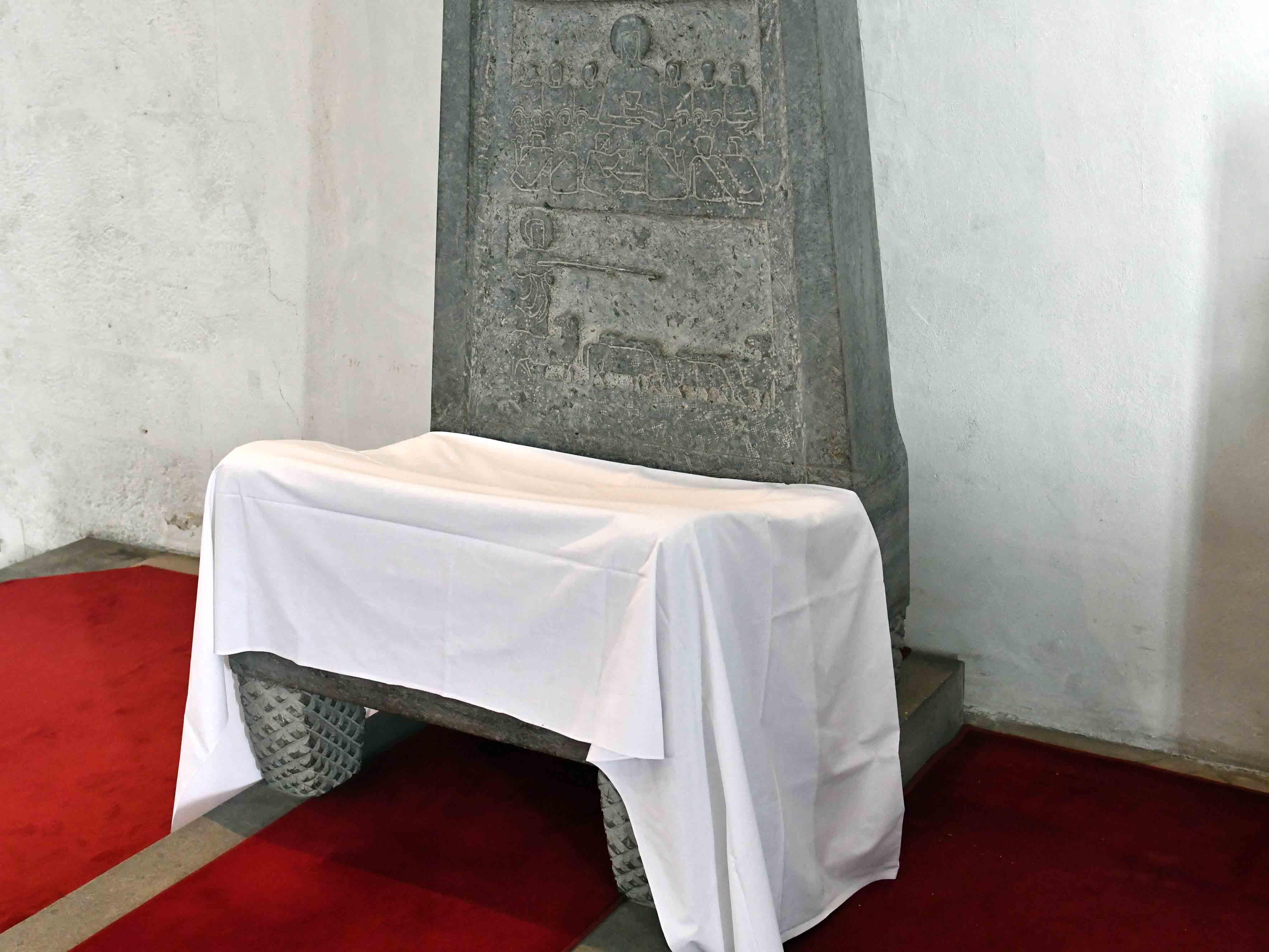Verhüllte Kathedra im Augsburger Dom. (Foto: Nicolas Schnall / pba.)