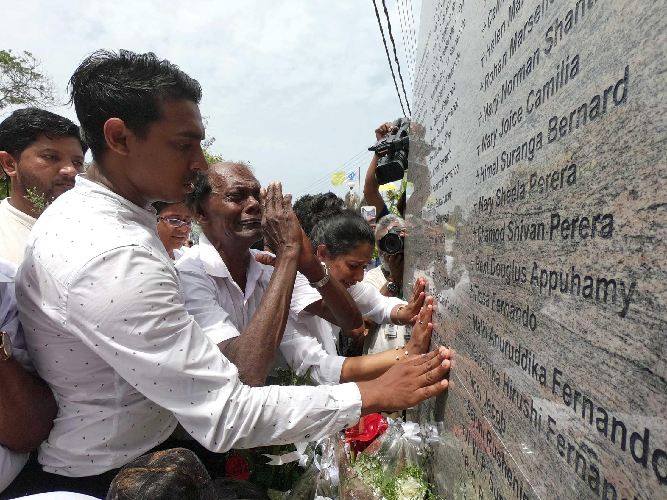 Angehörige vor einem Denkmal für Anschlagsopfer auf Sri Lanka. (Foto: Kirche in Not)