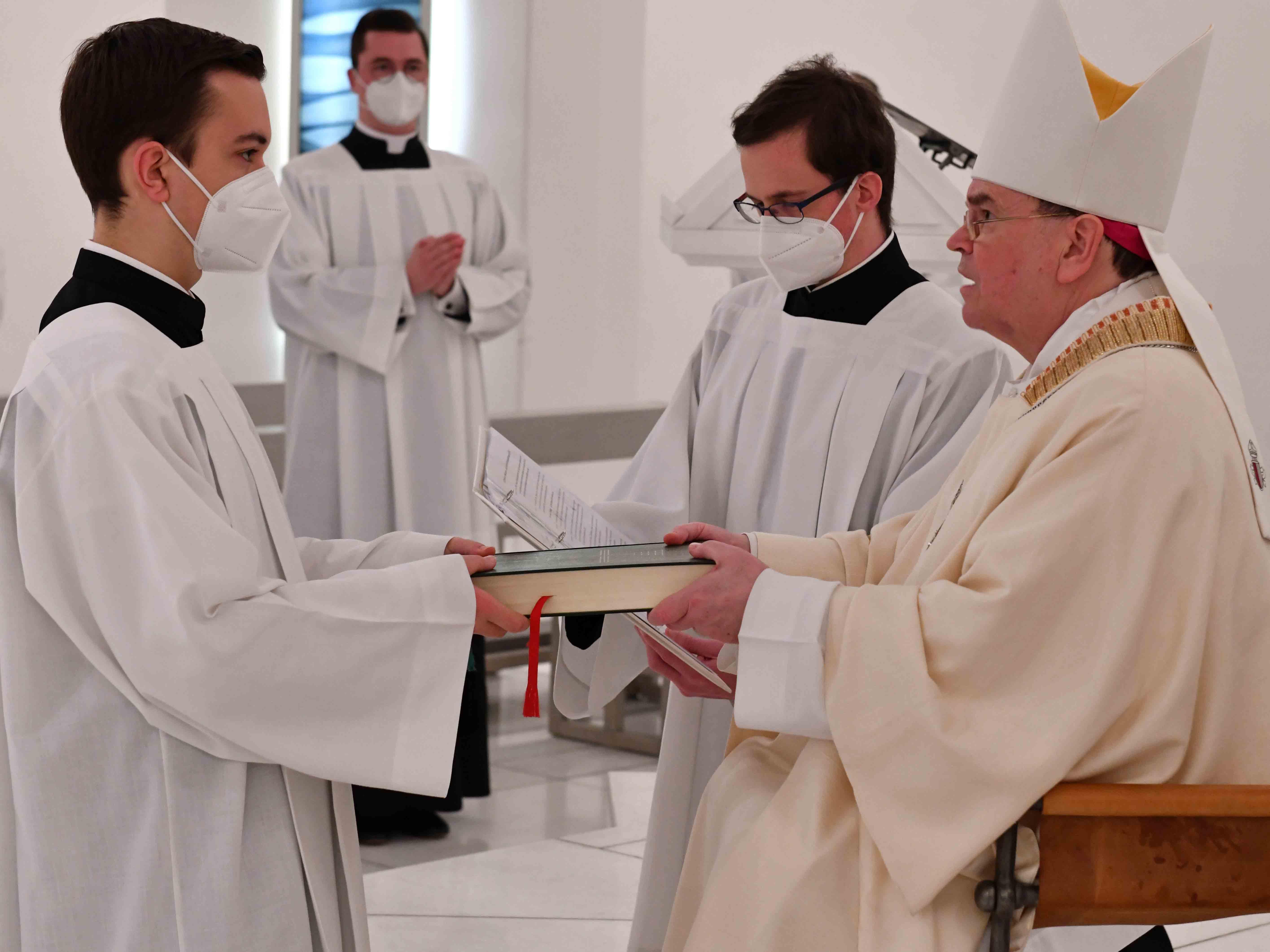 Bischof Bertram beauftragte im Augsburger Priesterseminar sechs Lektoren und drei Akolythen. (Foto: Nicolas Schnall / pba)