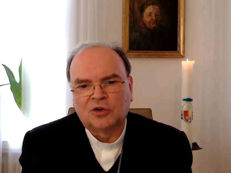 Bischof Bertram nahm heute vor seinem Bildschirm an der Videokonferenz der virtuellen Dialogwerkstatt teil. (Screenshot: pba)
