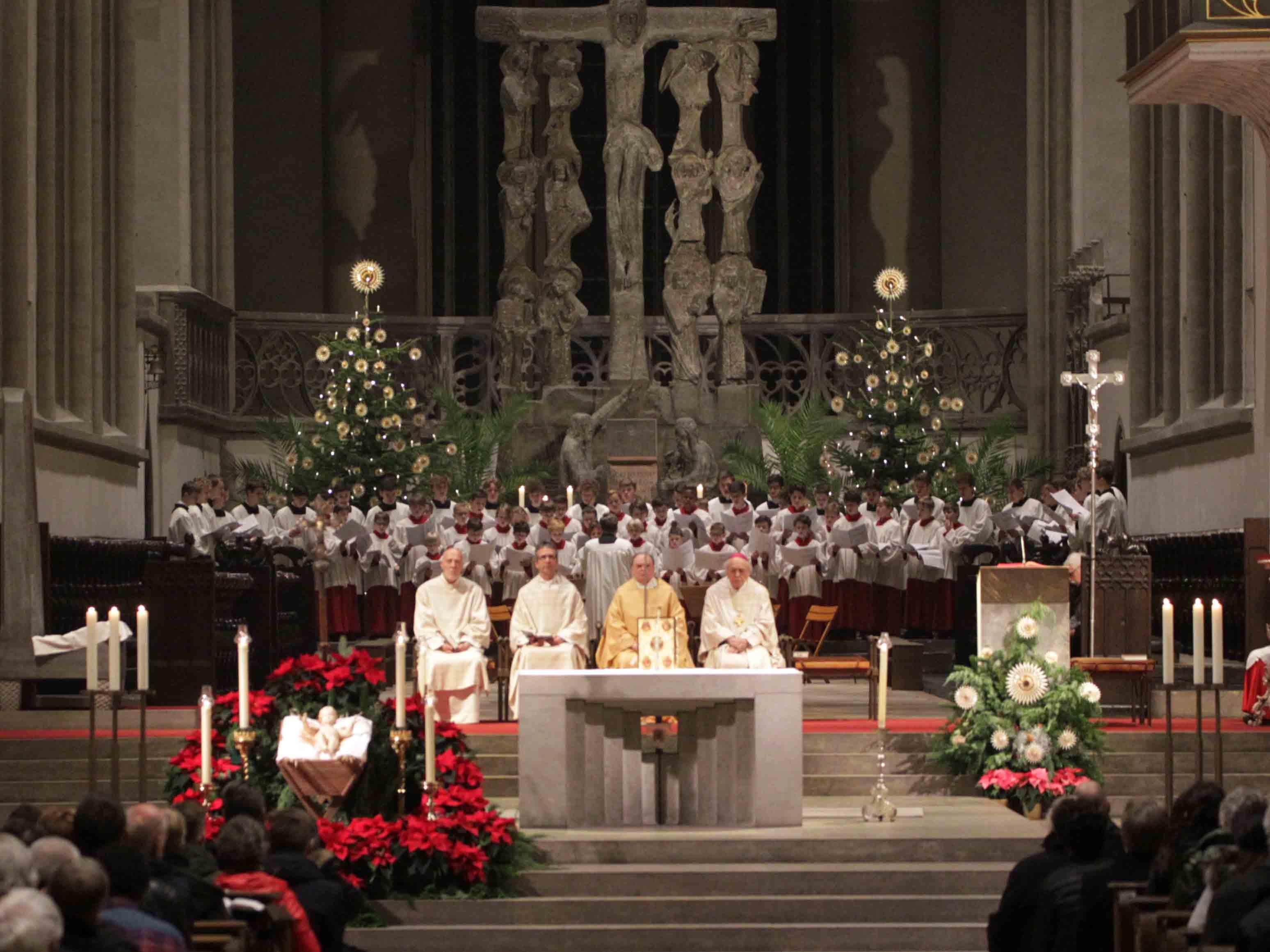 In der Christmette im Hohen Dom hat der Diözesanadministrator heute des Geheimnis der Geburt Christi gedeutet. (Fotos: Annette Zoepf/pba)