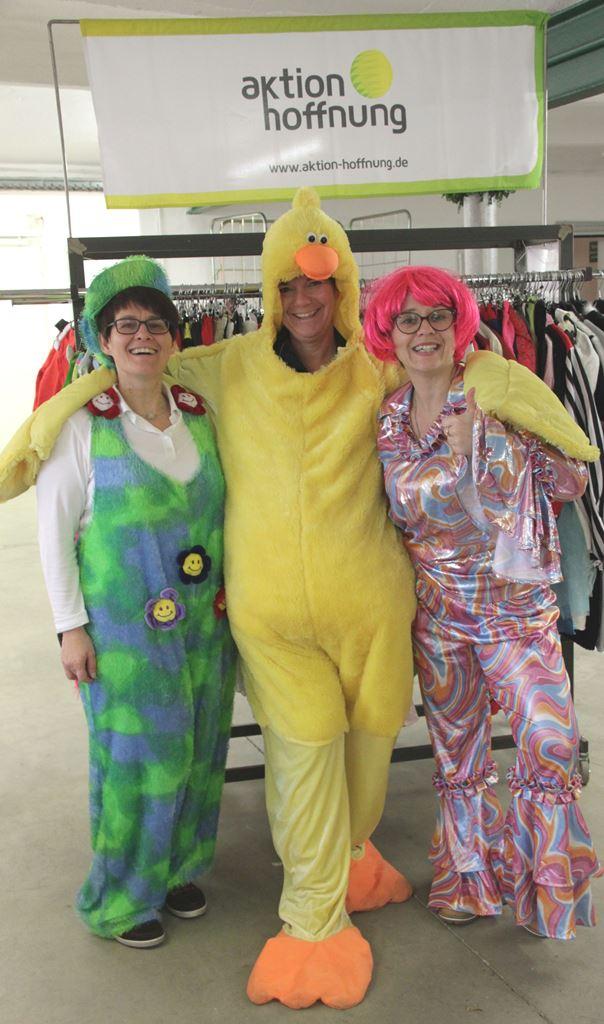 Als Blume, im Retrolook oder als Ente: Mit ausgefallenen Kostümen der Hingucker auf der nächsten Faschingsparty werden. (Foto: aktion hoffnung)