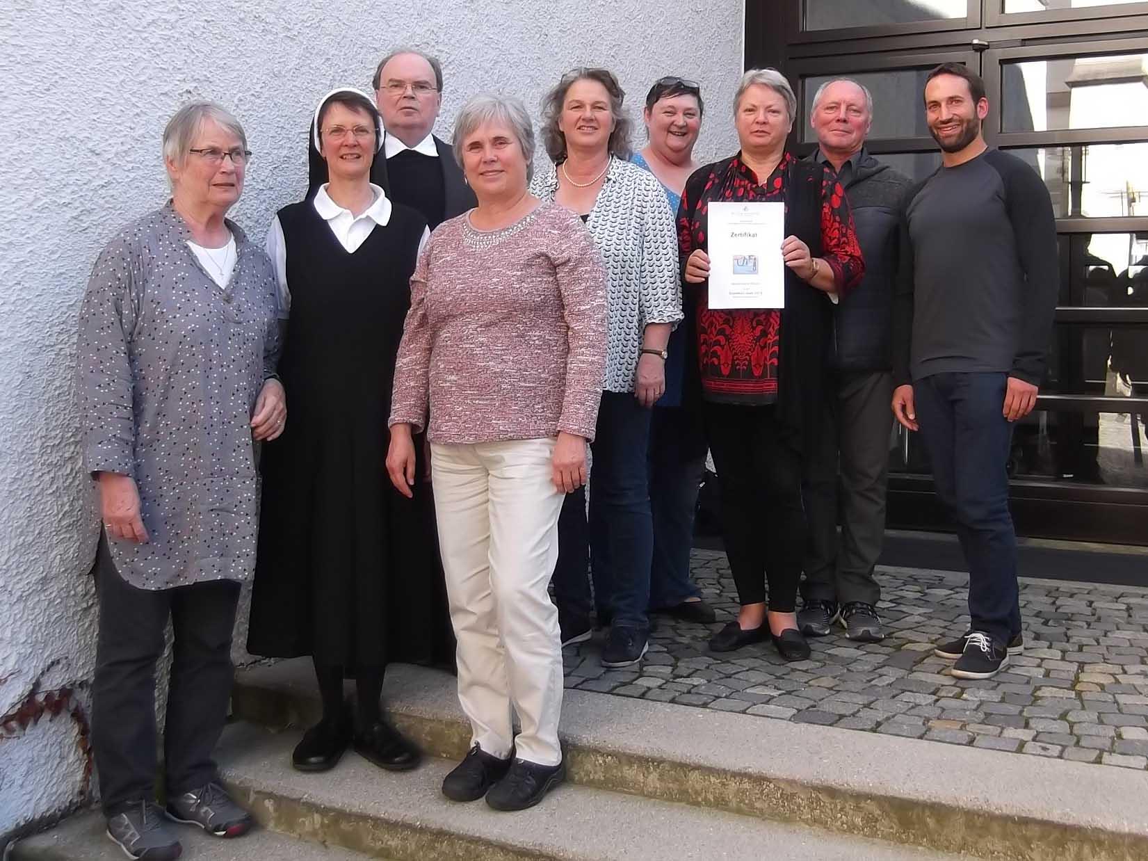 Die Teilnehmerinnen und Teilnehmer des Grundkurses Islam mit Diözesanadministrator Prälat Dr. Bertram Meier (dritter von links) und der Kursleiterin Sr. Dr. Theresia Wittemann OSF (zweite von links). (Foto: Hauptabteilung Seelsorge)