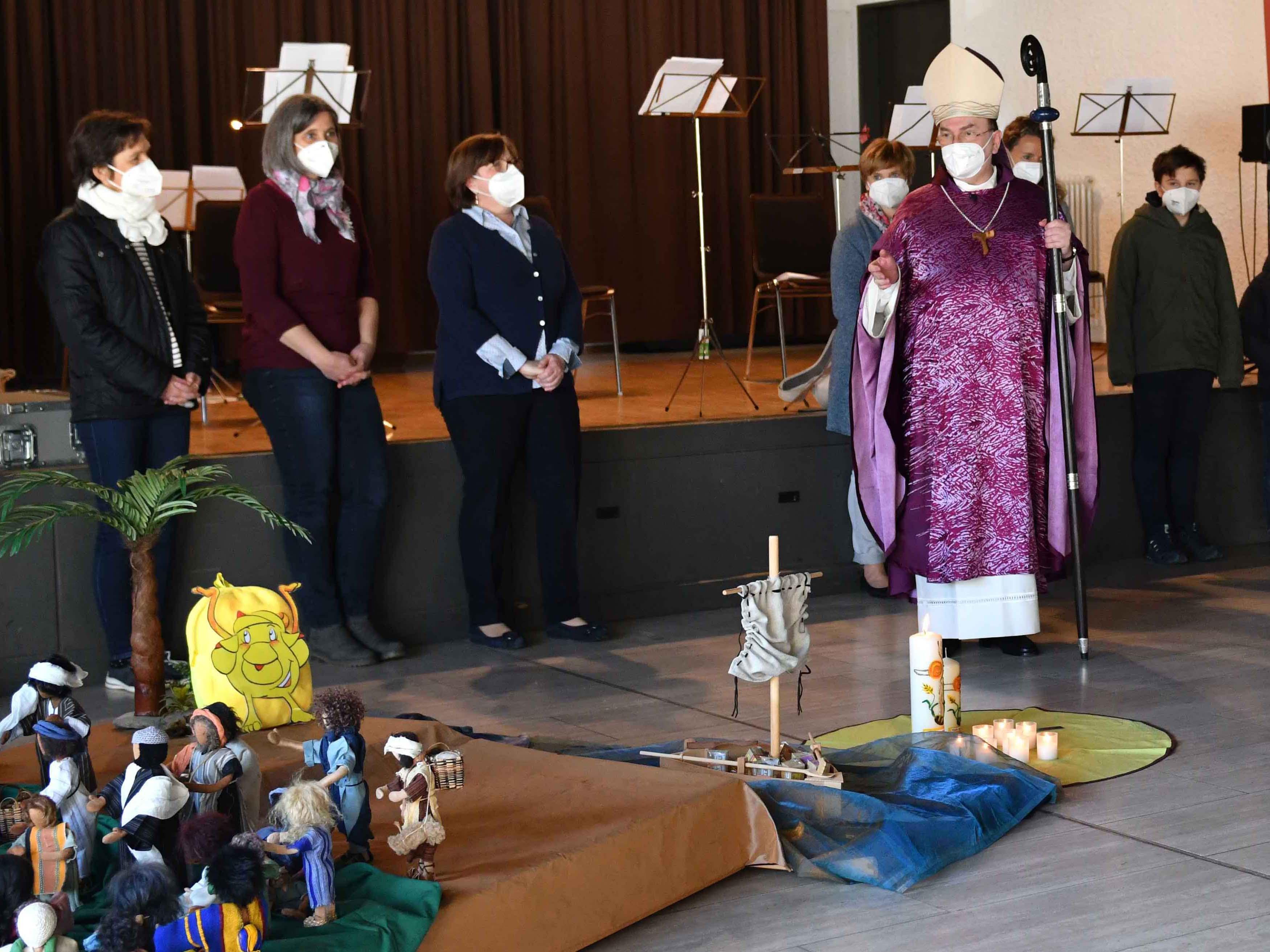 Ein Kindergottesdienst wurde parallel im Pfarrzentrum gefeiert. Dort spendete Bischof Bertram im Anschluss den Segen (Foto: Maria Steber / pba).