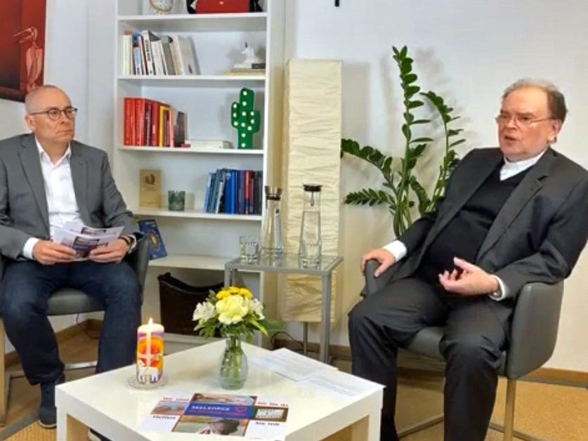 """Pressesprecher Dr. Karl-Georg Michel leitete die """"Publikumsfragen"""" an den ernannten Bischof weiter. (Foto: pba)"""