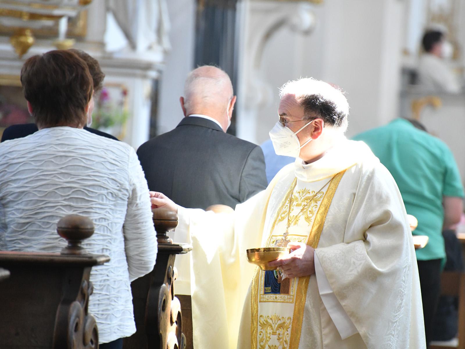 Bischof Bertram spendet die Kommunion