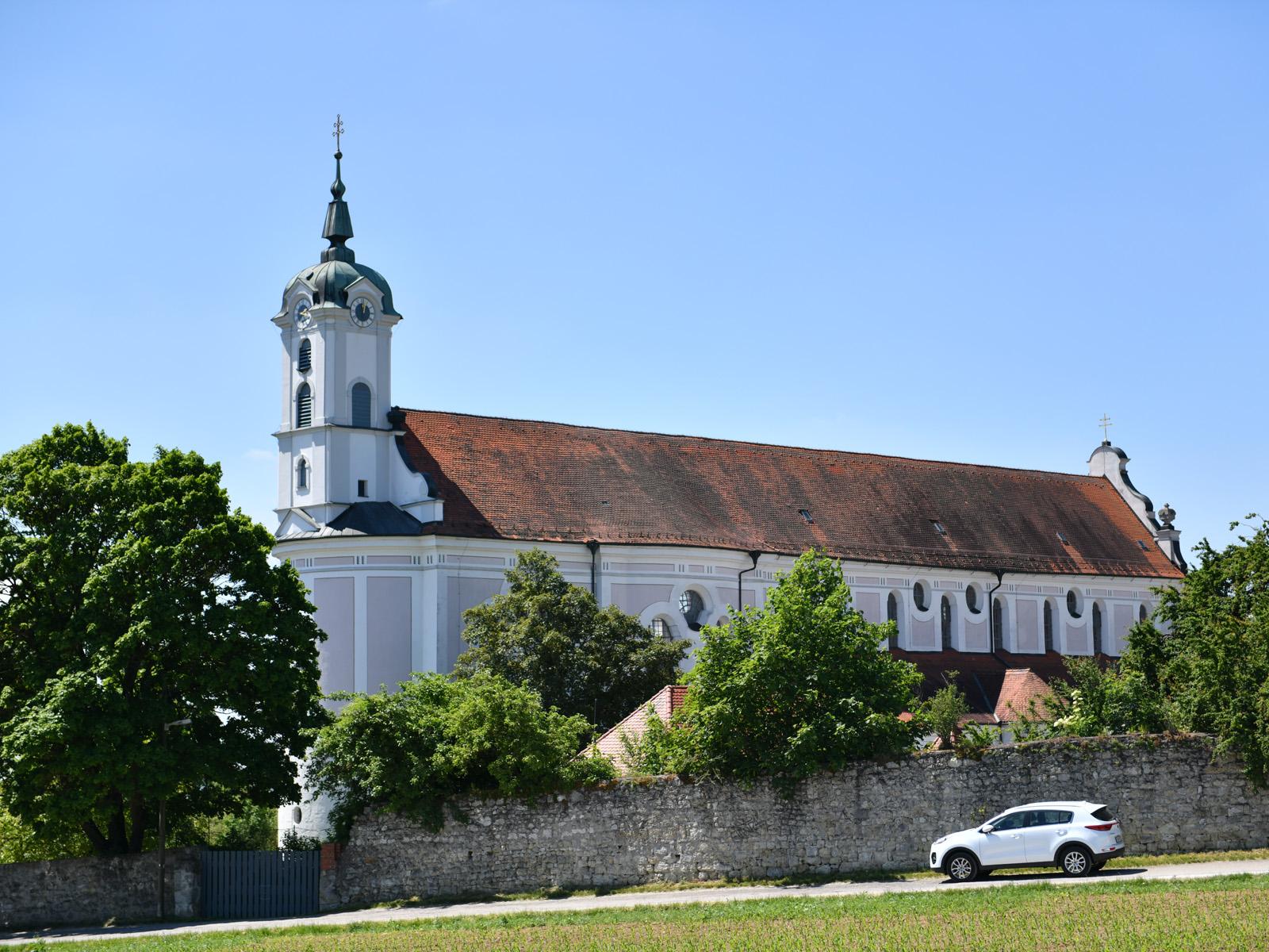 Die Klosterkirche Oberelchingen von Norden aus gesehen