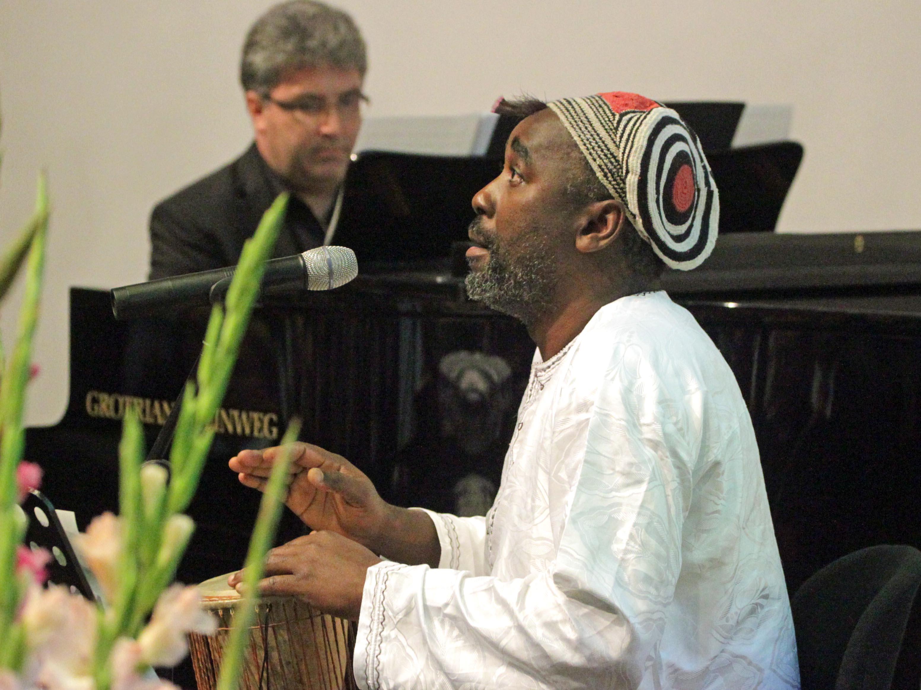 Die beiden Musiker Peter Bader und Njamy Sitson begeistern mit internationalen Rhythmen und Melodien...