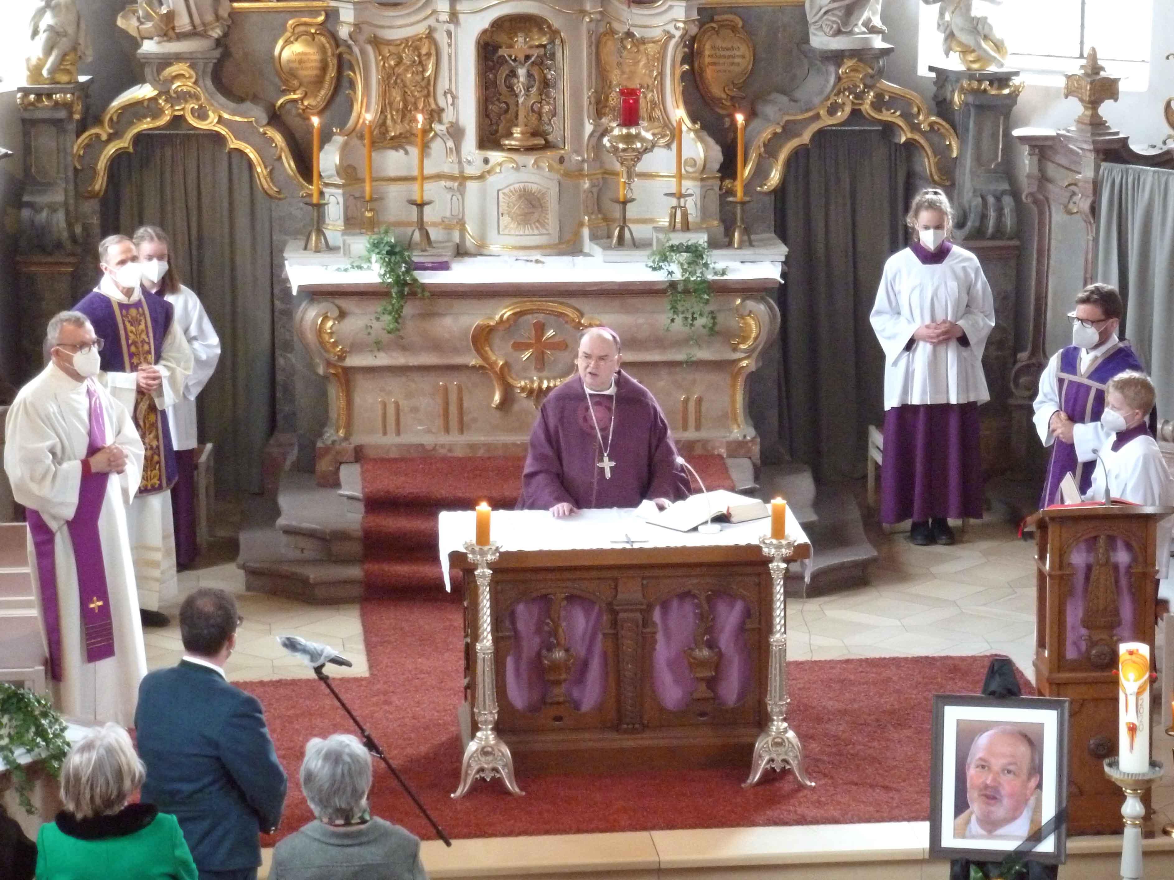 Bischof Bertram feierte einen Gottesdienst zum 1. Todestag von Dekan Robert Walter und segnete im Anschluss das Priestergrab. (Fotos: Otto Baronky)