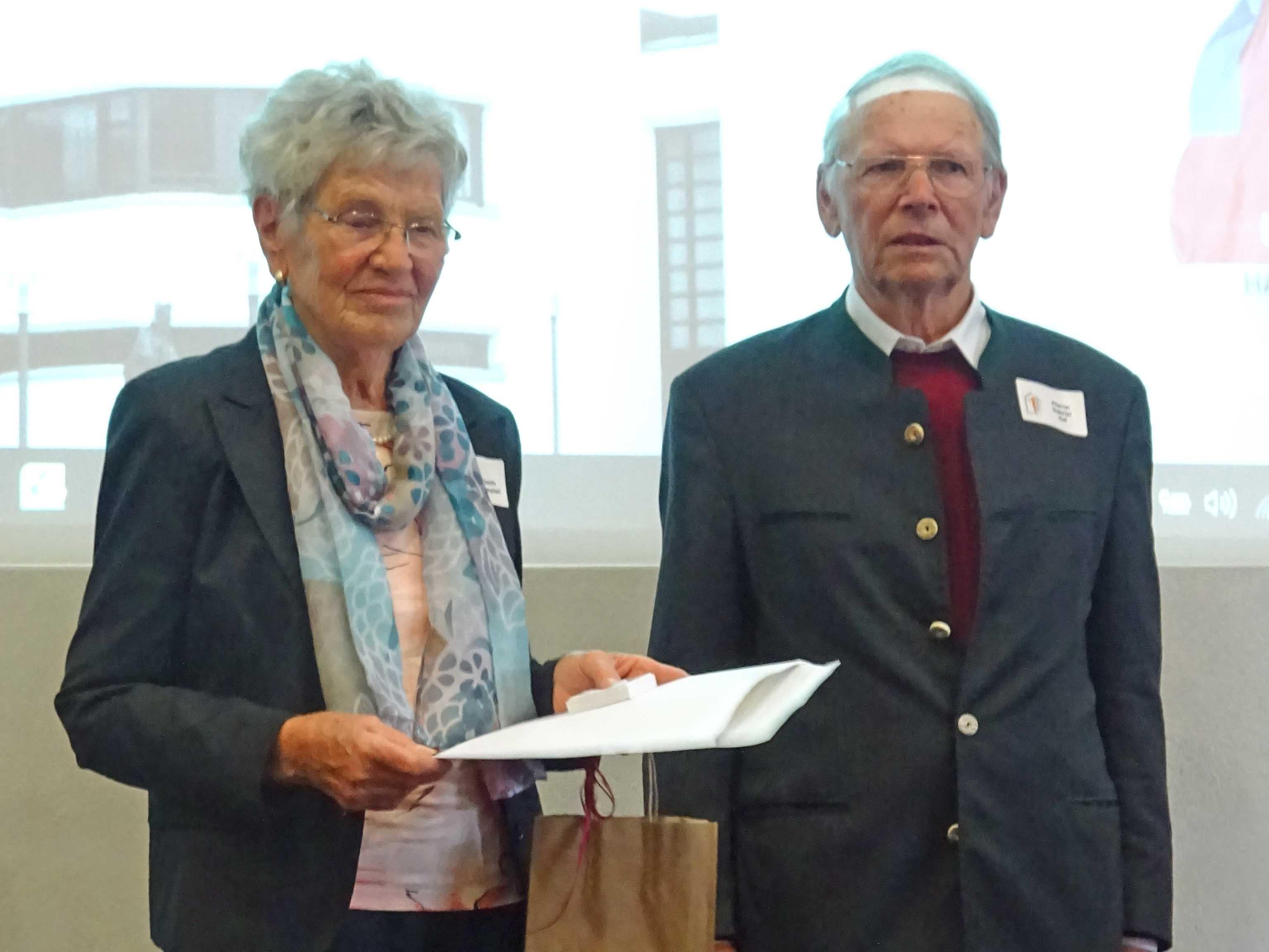 50 Jahre im Dienst als Pfarrhaushälterin: Elisabeth Waltenspiel bei Ruhestandspfarrer Gabriel Haf. (Foto: Roswitha Böck)