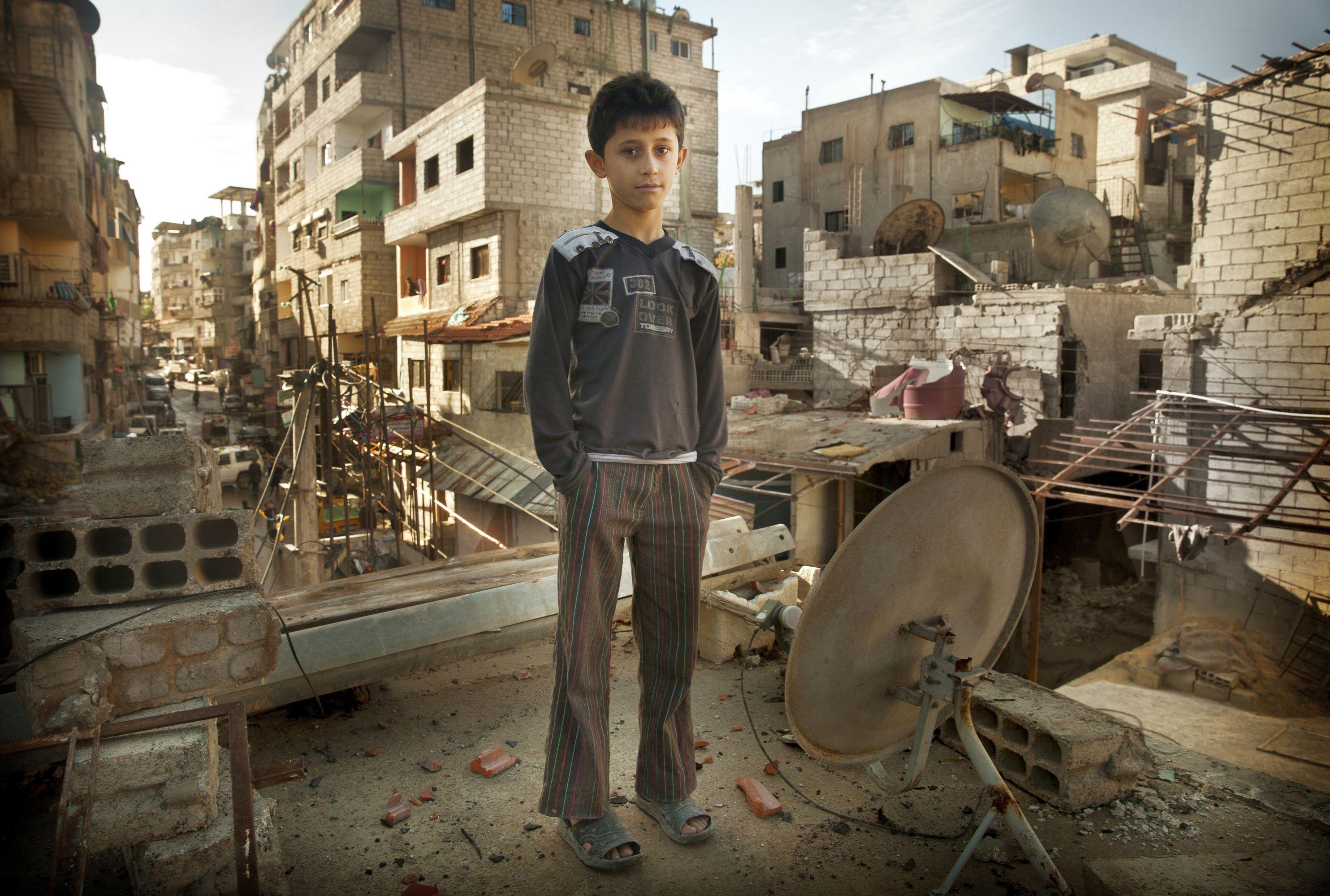 Kleiner Junge auf einem zerstörten Haus in Syriens Hauptstadt Damaskus. Foto: KIRCHE IN NOT/Carole AlFarah
