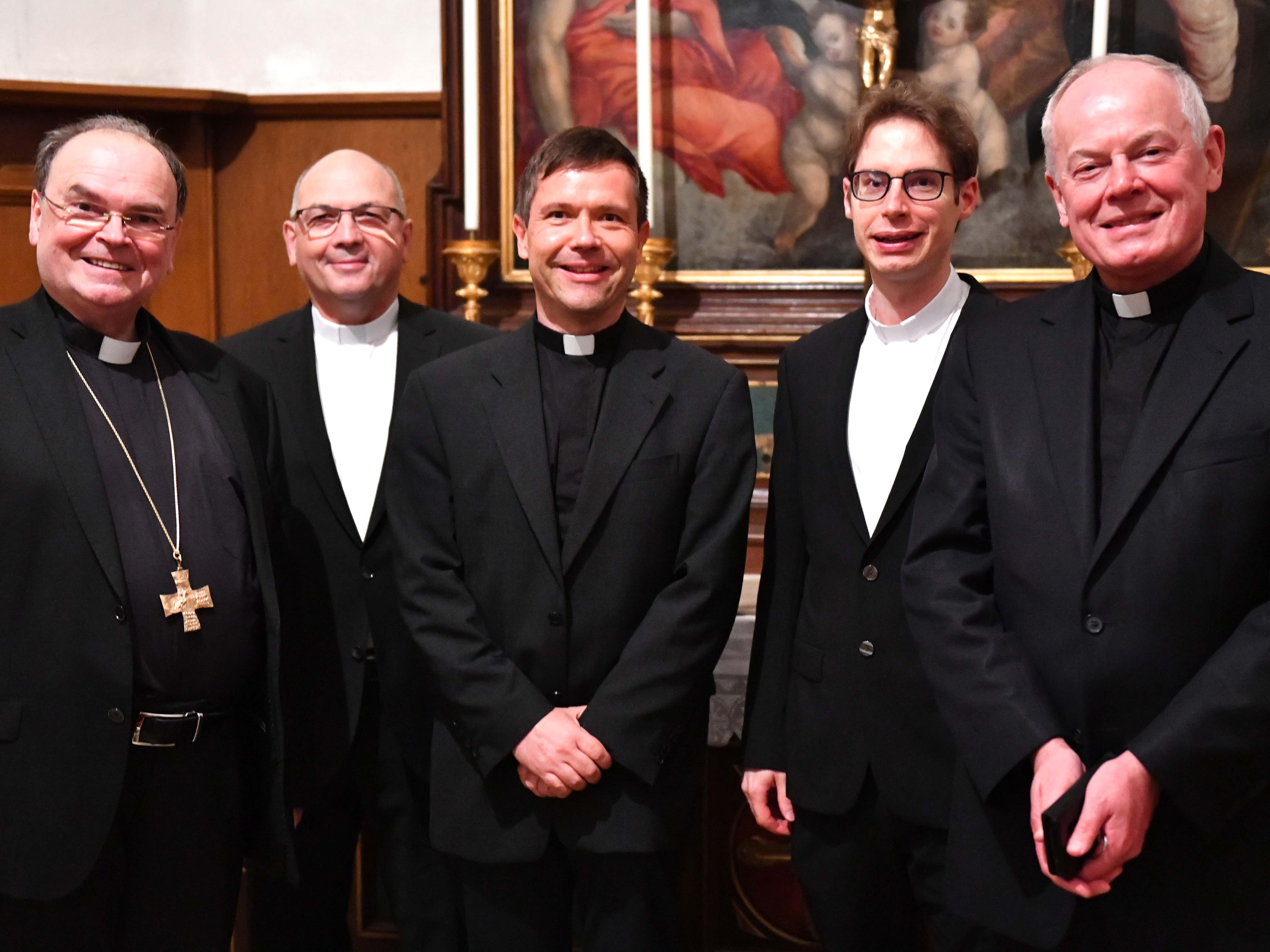 Vom Bischof und vom Dompropst umrahmt: Die drei neuen Domvikare Ulrich Müller, Peter Seidel und Tobias Wolf (Foto: Ulrich Bobinger / pba).