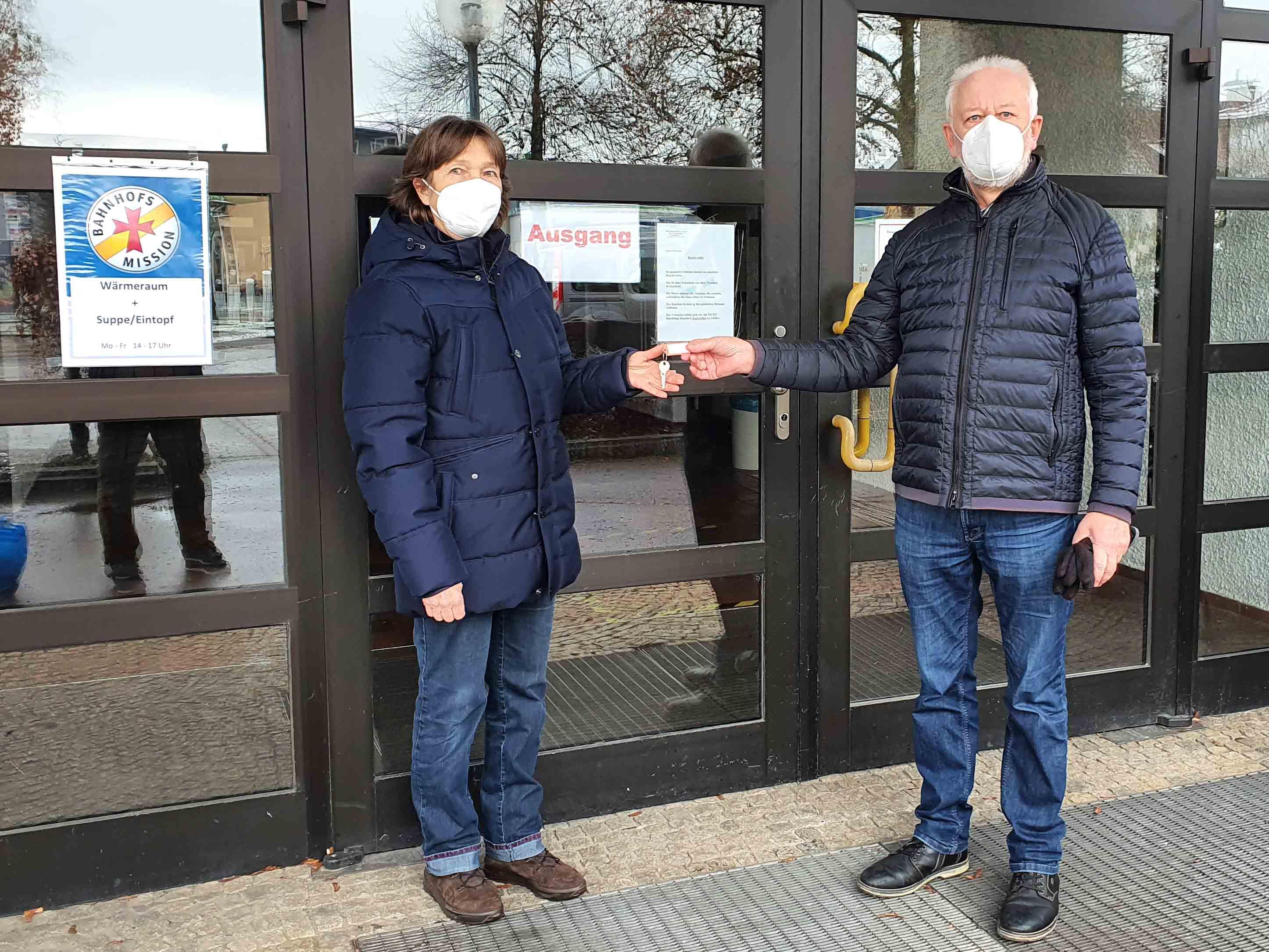 Kirchenpfleger Christoph Breunig übergibt den Schlüssel für das Pfarrzentrum an die Leiterin der Bahnhofsmission Conny Schäle. (Foto: Bahnhofsmission)