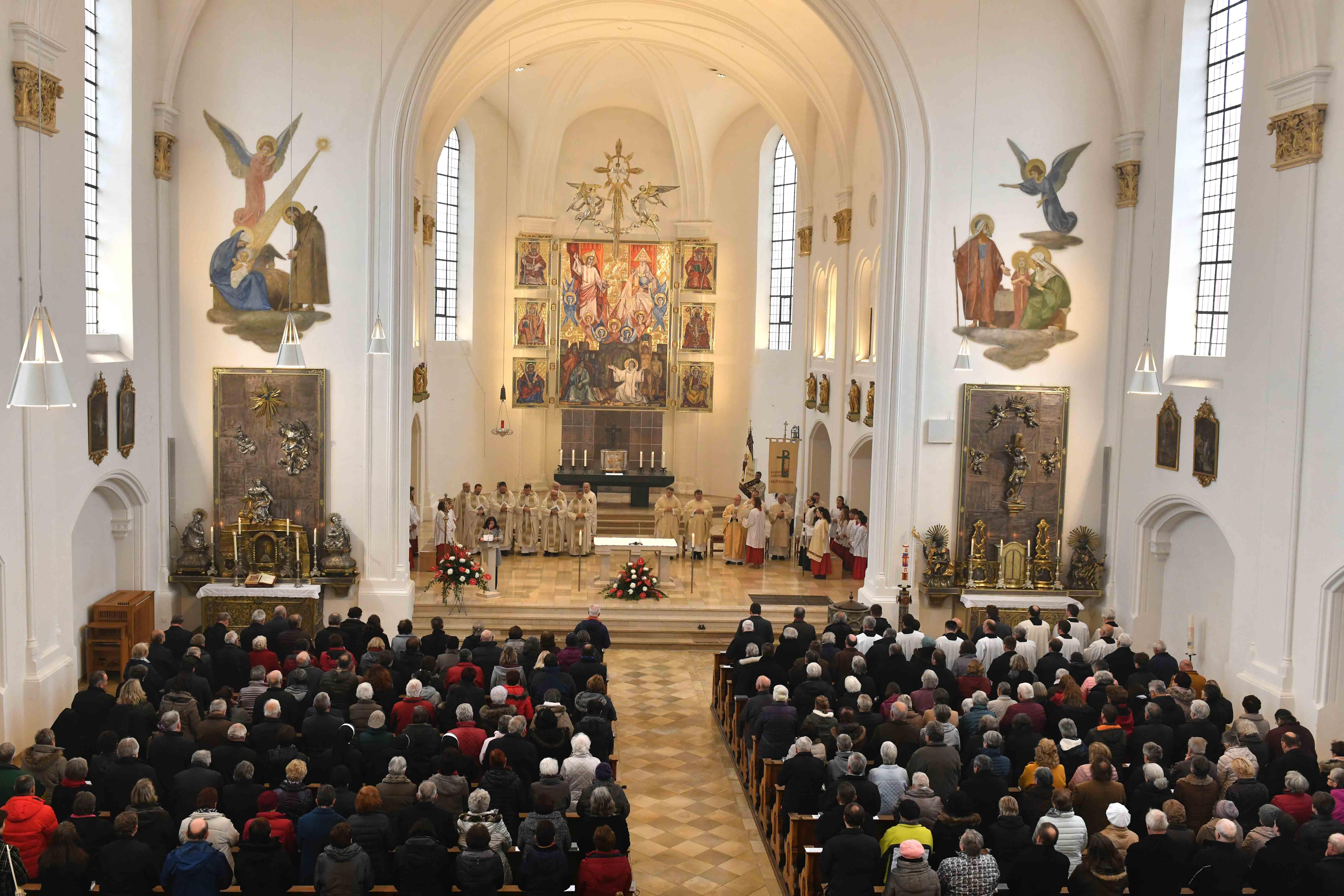 Mehr als 500 Mesnerinnen und Mesner füllten die Kirchenbänke der Mindelheimer Stadtpfarrkirche. (Foto: Nicolas Schnall / pba)