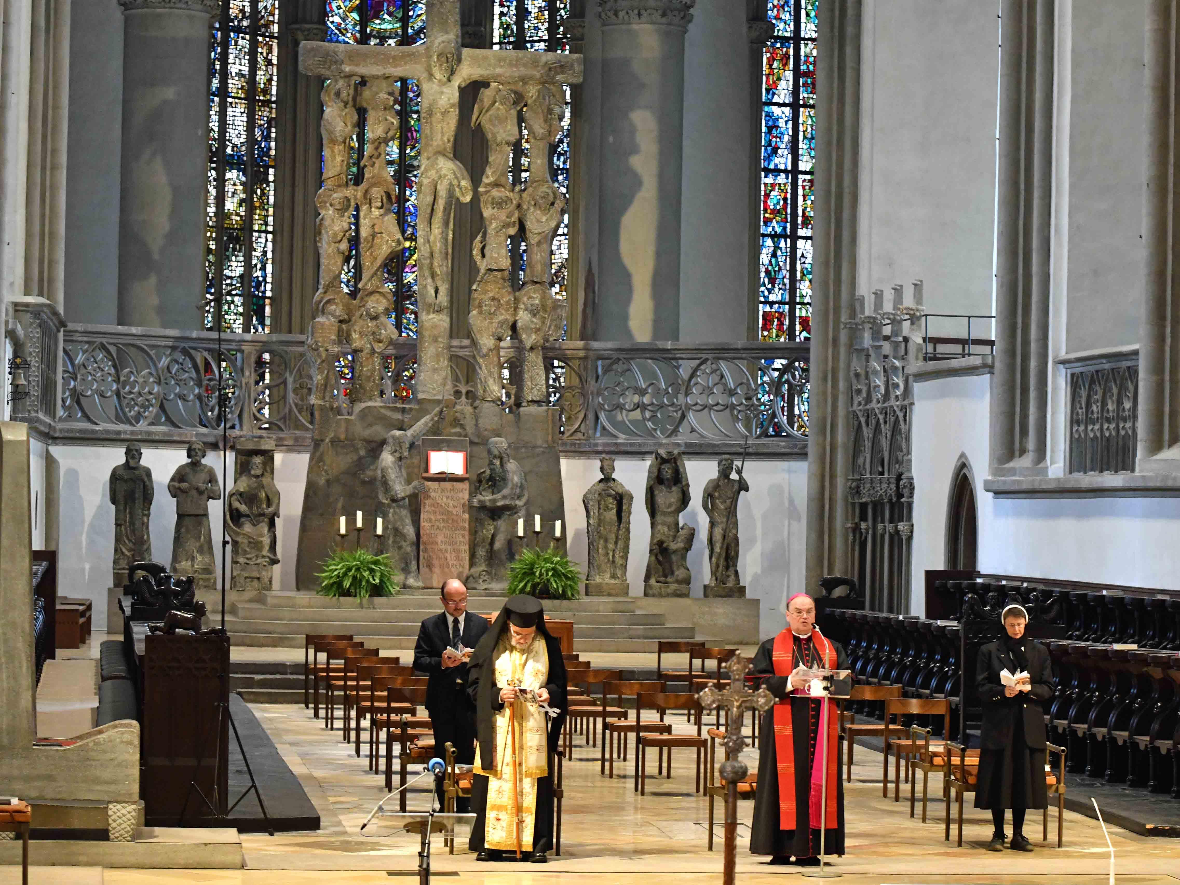 Kreuzweg für die verfolgte Kirche im Augsburger Dom, vorgebetet von Patriarch Gregorius, Bischof Bertram, Sr. Theresia Wittemann OSF und Georgios Vlantis (ACK Bayern). (Foto: Nicolas Schnall / pba)
