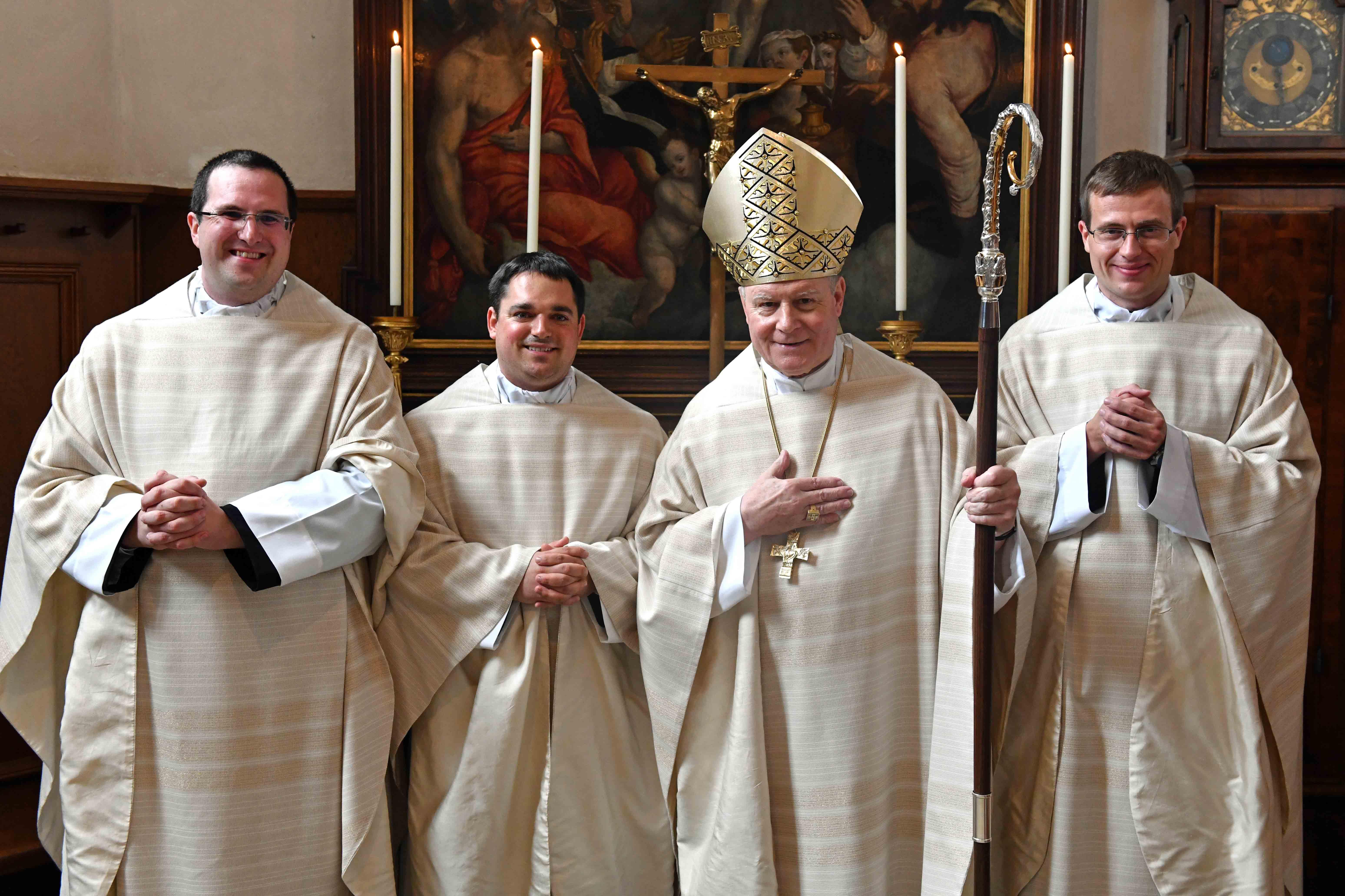 Nach der Weihe: Die drei Neu-Priester (v.l.) Simon Fleischmann, André Harder und Tobias Seyfried zusammen mit Bischof Dr. Konrad Zdarsa. (Foto: Nicolas Schnall / pba)