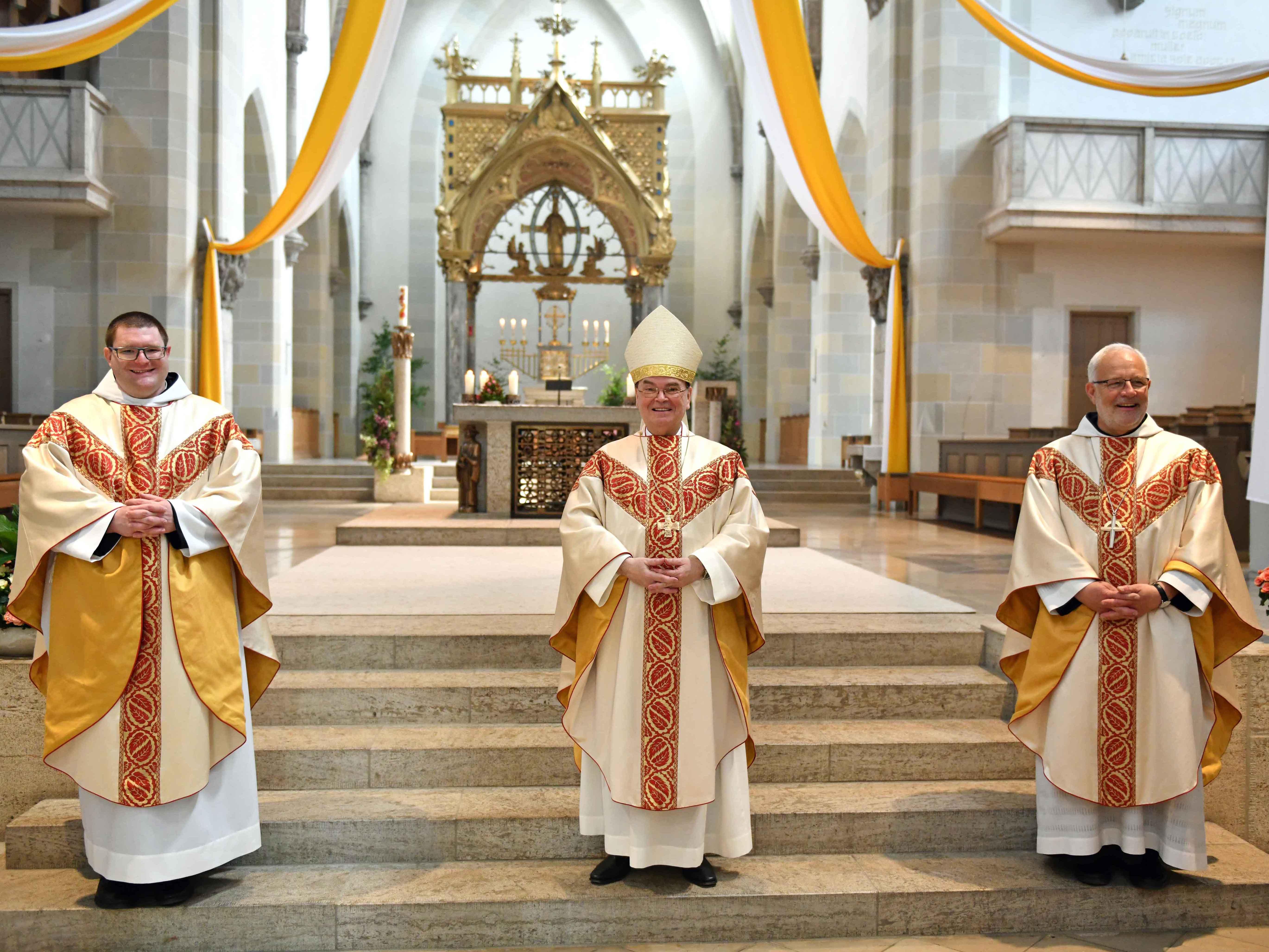 Nach der Priesterweihe (v.l.): Neupriester P. Michael Bäumler OSB, Bischof Dr. Bertram Meier, Erzabt Wolfgang Öxler. (Fotos: Nicolas Schnall / pba)