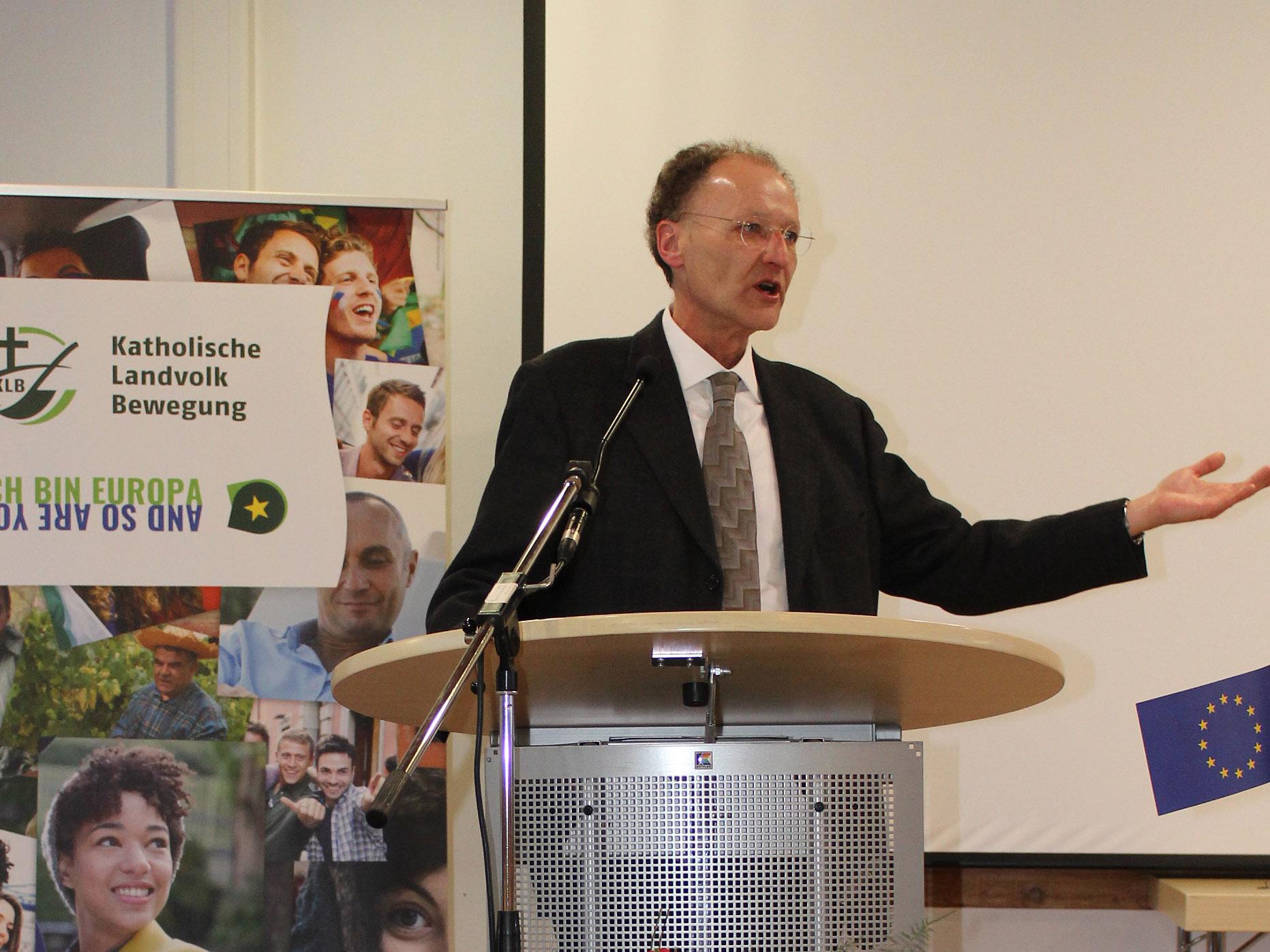 Domkapitular Dr. Wolfgang Hacker erinnerte an die notwendige Verbindung zwischen Menschen, Ländern und Kulturen.( Foto: KLB)