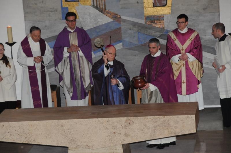 Während des Bußritus besprengte Bischof Konrad als Zeichen der Reinigung auch den Altar mit Weihwasser. (Foto: Roland Furthmair)