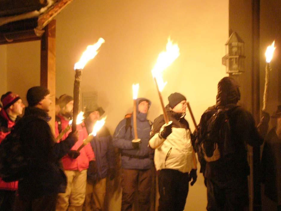 Männer mit Fackeln an der Tiefenbacher Kirche (Foto: Männerseelsorge)