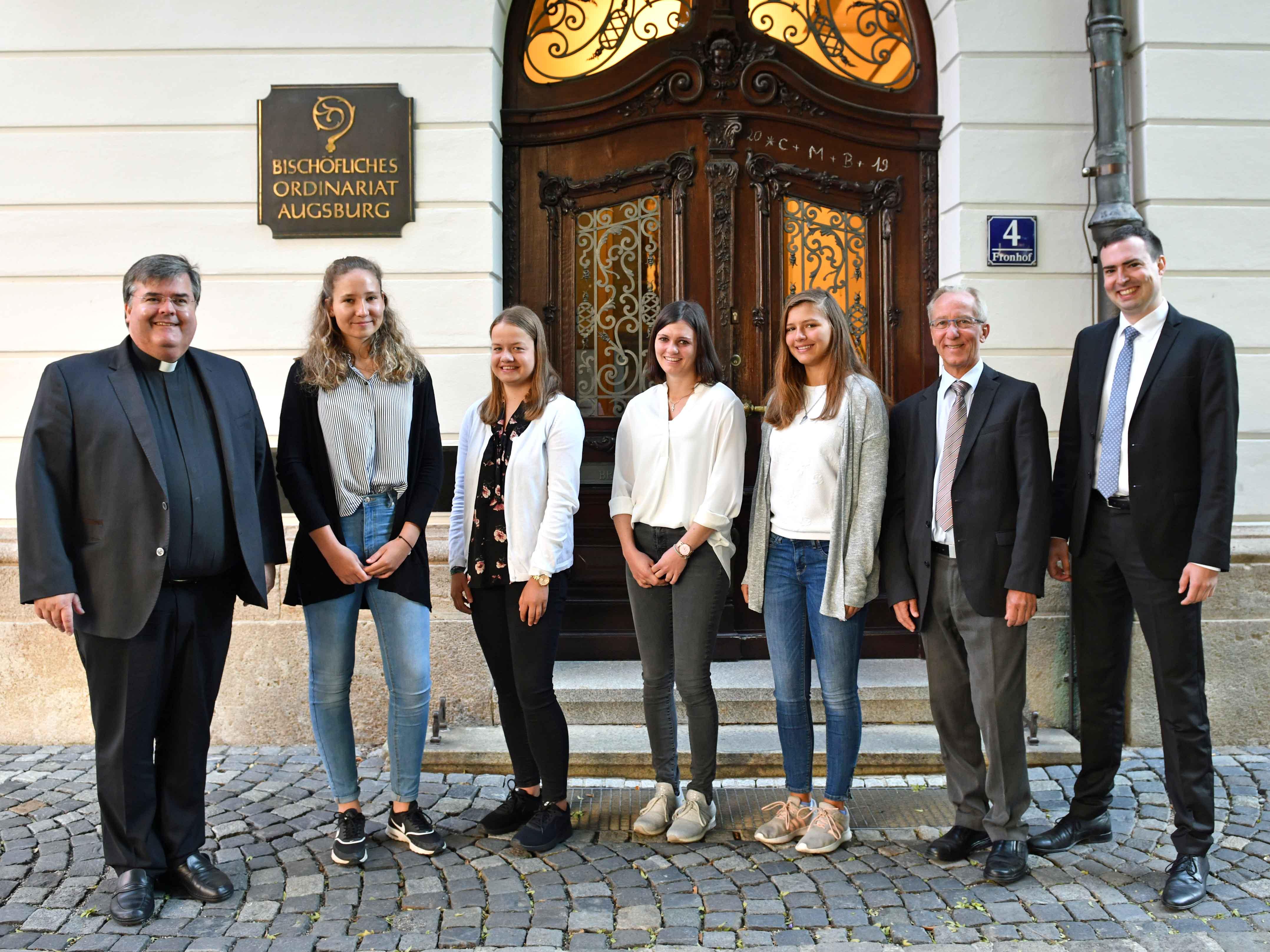 Neue Auszubildende im Bischöflichen Ordinariat zusammen mit den Personalverantwortlichen. (Foto: Nicolas Schnall / pba)