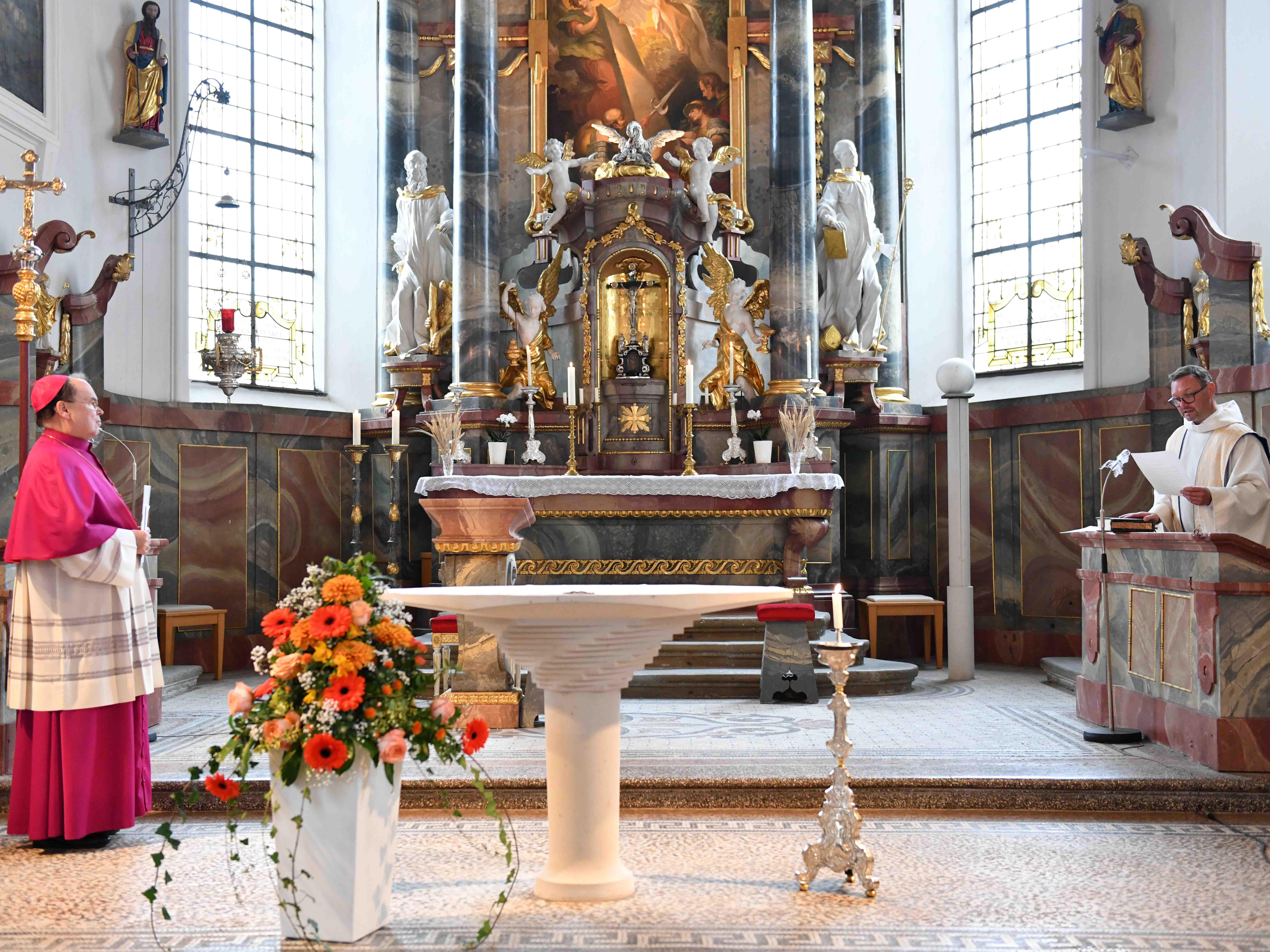 Bischof Bertram hat heute Pfarrer Ralf Gührer zum Dekan ernannt und in sein Amt eingeführt (Foto: Maria Steber / pba).