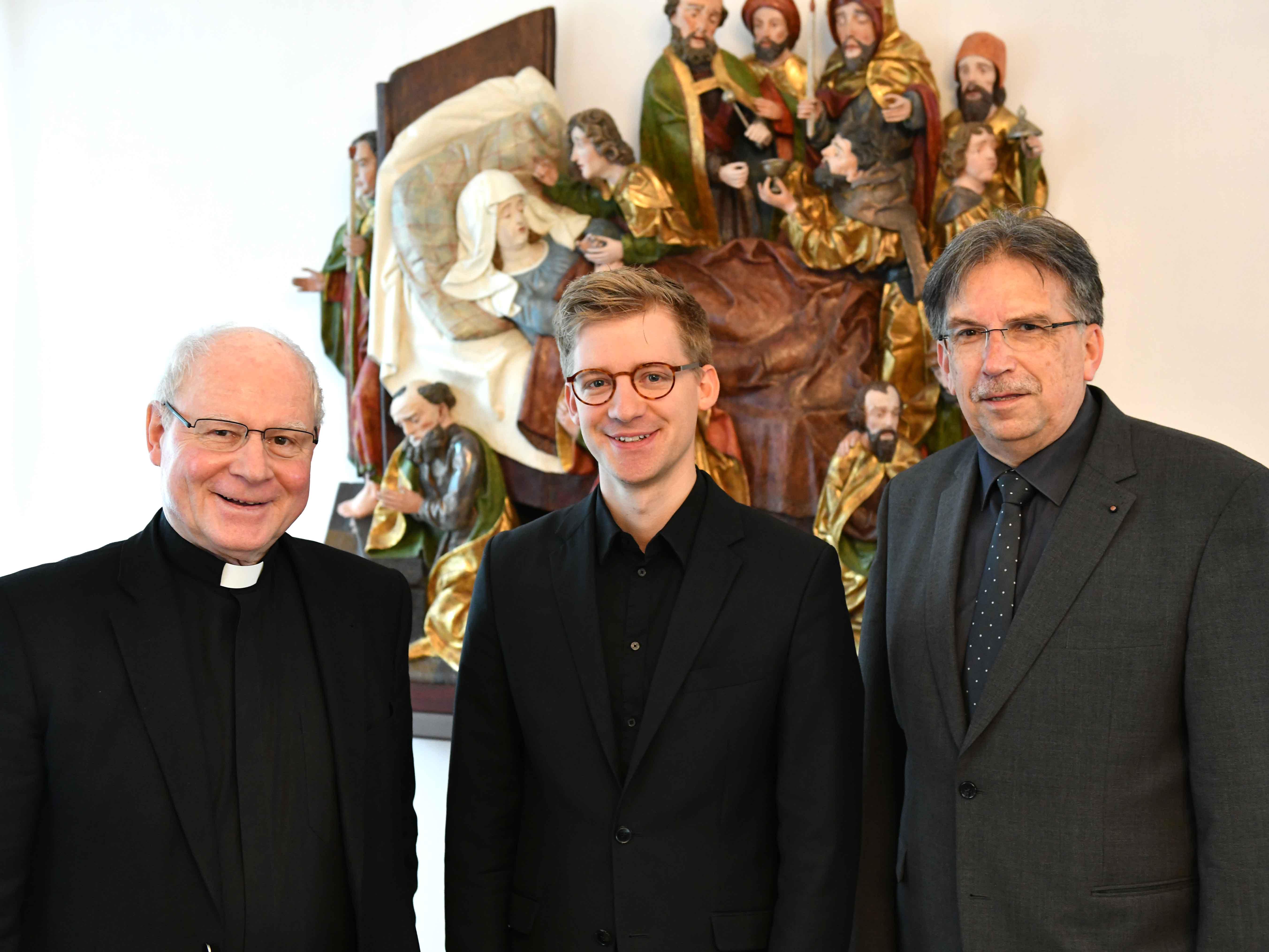 Bischof Konrad ermöglicht Generationenwechsel in der Dommusik: Stefan Steinemann (Mitte) wird ab 2020 Nachfolger von Domkapellmeister Reinhard Kammler. (Foto Nicolas Schnall / pba)