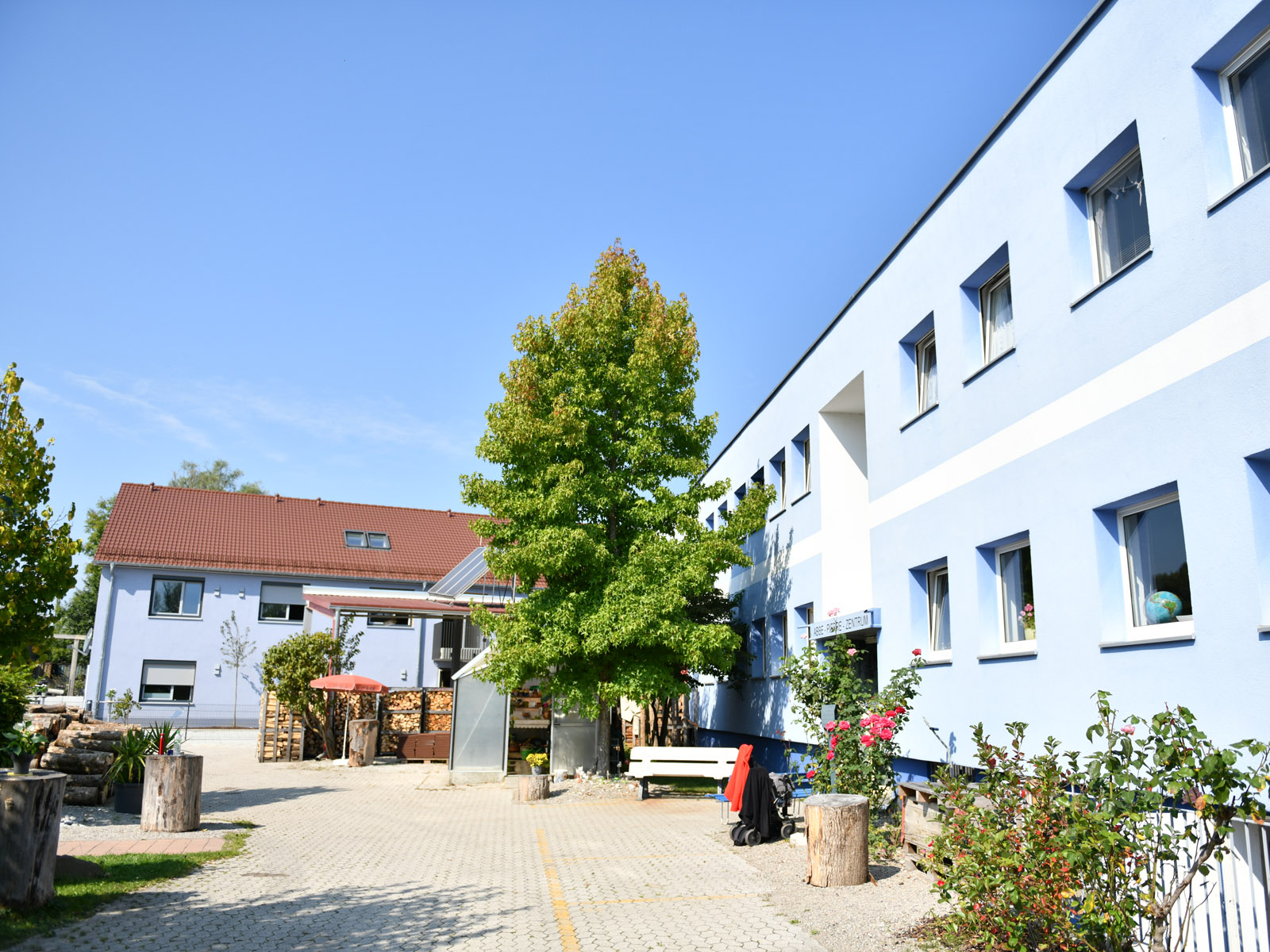 Gemeinsam mit dem Abbé-Pierre-Zentrum für suchtkranke Menschen (im Vordergrund) stellt das neue Wohnheim einen wichtigen Baustein in der sozialen Arbeit der Caritas Augsburg dar (Fotos: Julian Schmidt / pba)