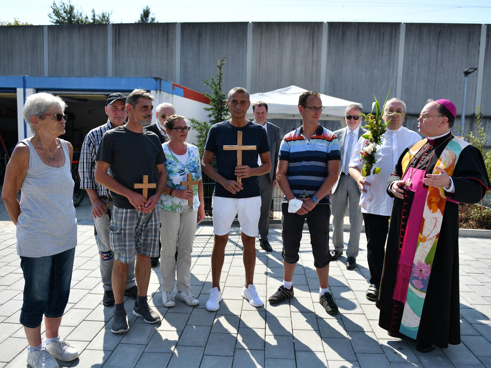 Bischof Bertram im Gespräch mit Bewohner/-innen des neuen Wohnheims.