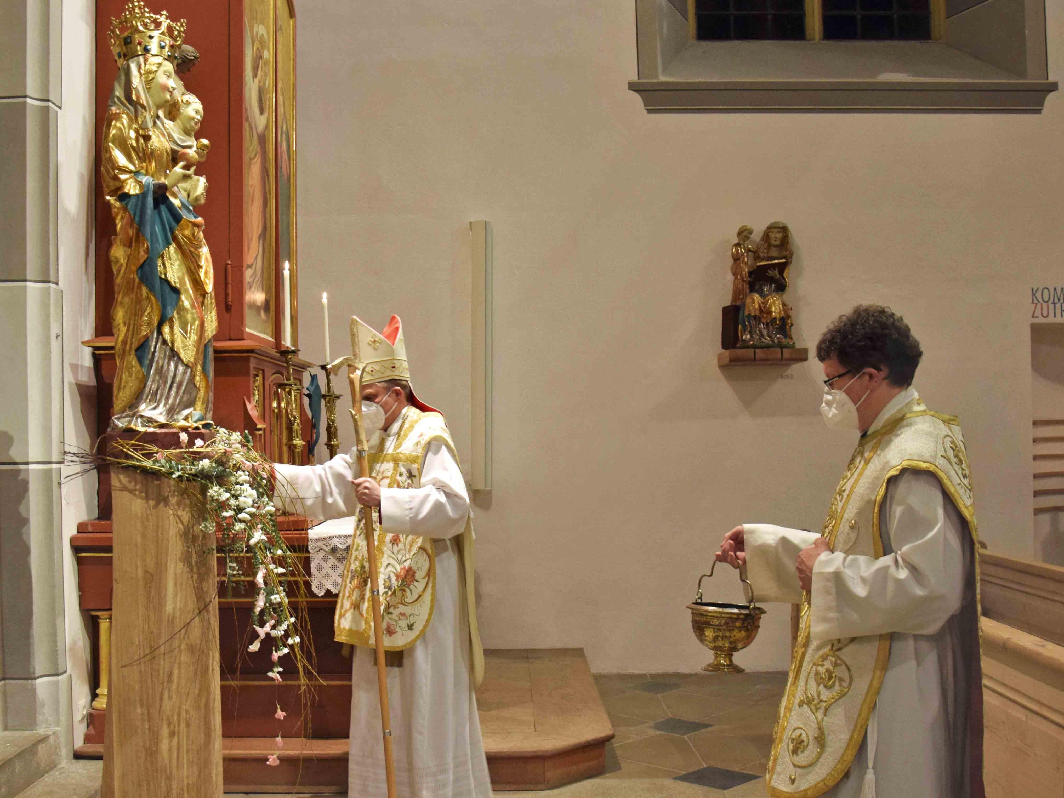 Weihbischof Florian Wörner segnete während des Pontifikalamtes im Beisein von Pfarrer Maurus Bernhard Mayer die Marienstatue. (Fotos: Verspohl-Nitsche)