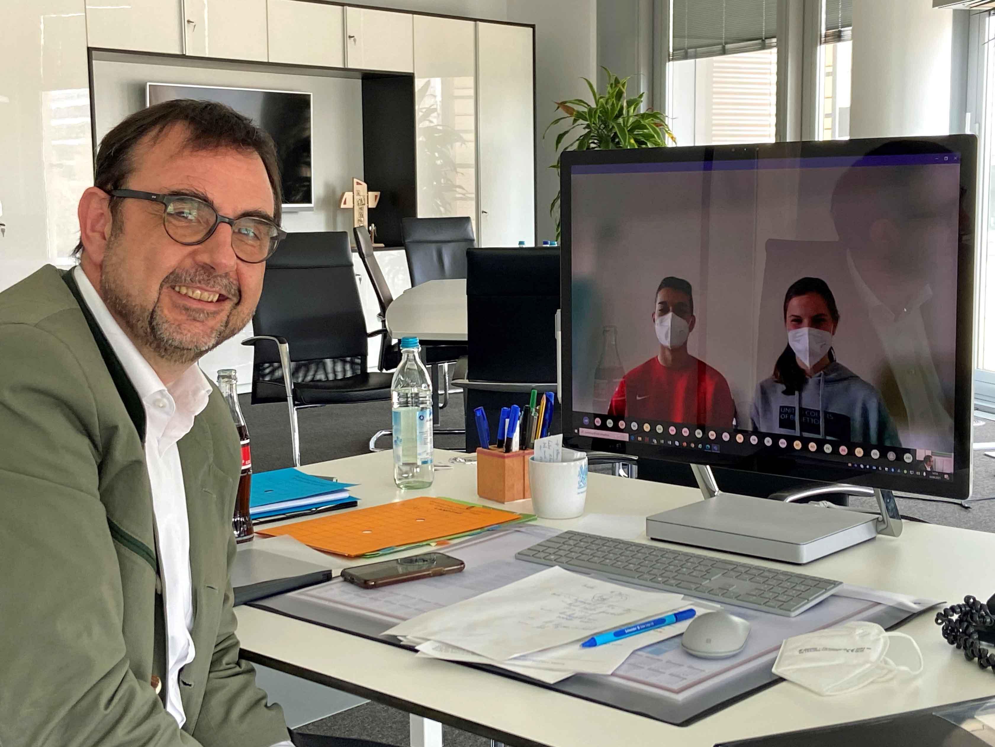 Emilian Limmer (9. Klasse) und Anna-Katharina Siegert (10. Klasse) moderierten ein Gespräch mit Gesundheitsminister Klaus Holetschek, der aus München zugeschaltet war. (Foto: Bayerisches Staatsministerium für Gesundheit und Pflege)
