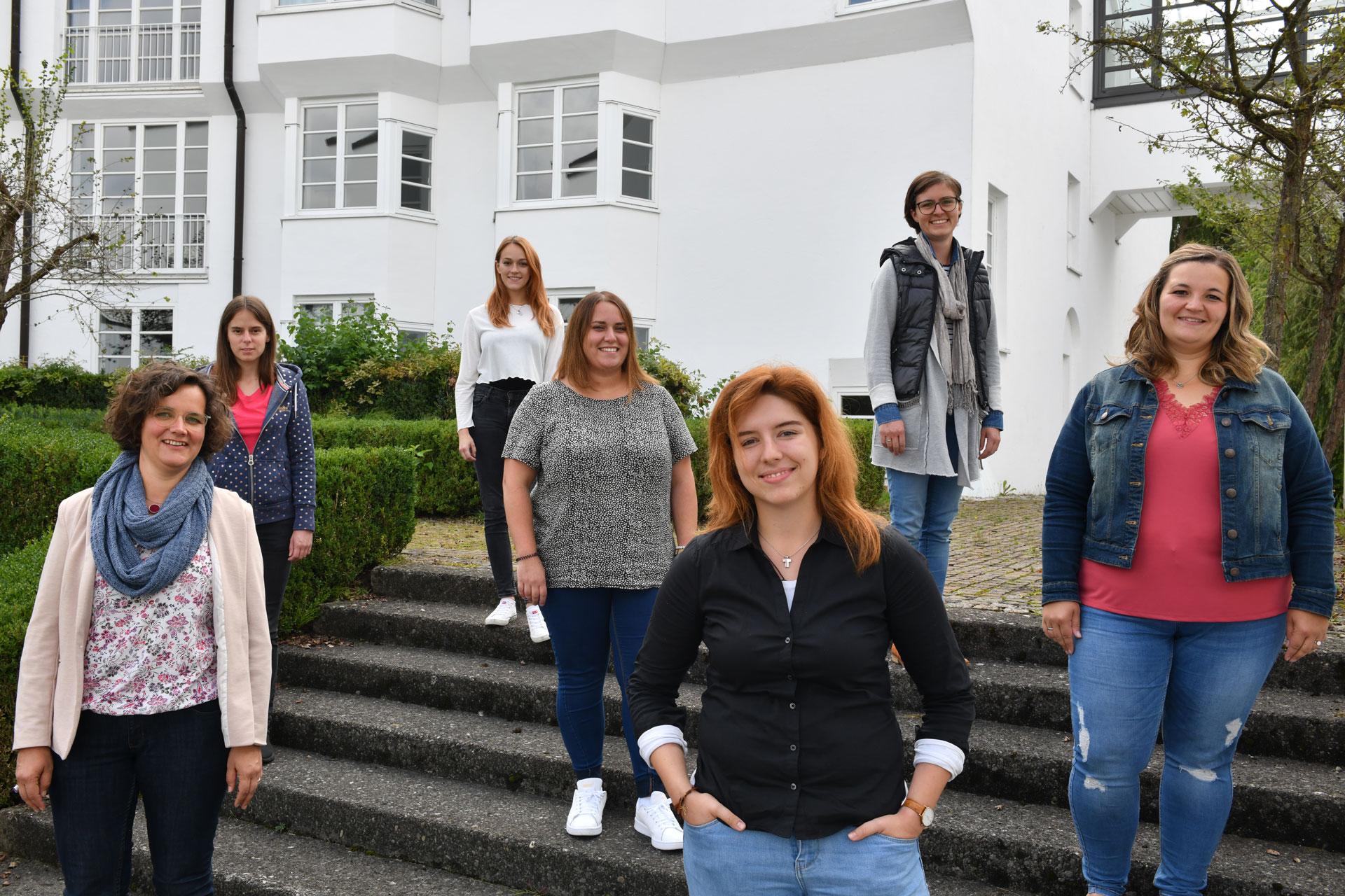 Sie sind auf dem Weg, Gemeindereferentinnen zu werden (v.l.): Claudia Chmiel, Magdalena Görtler, Lisa Kiesel, Anna Kölz, Franziska Demuth, Maria Hartmann, Liana Handlgruber