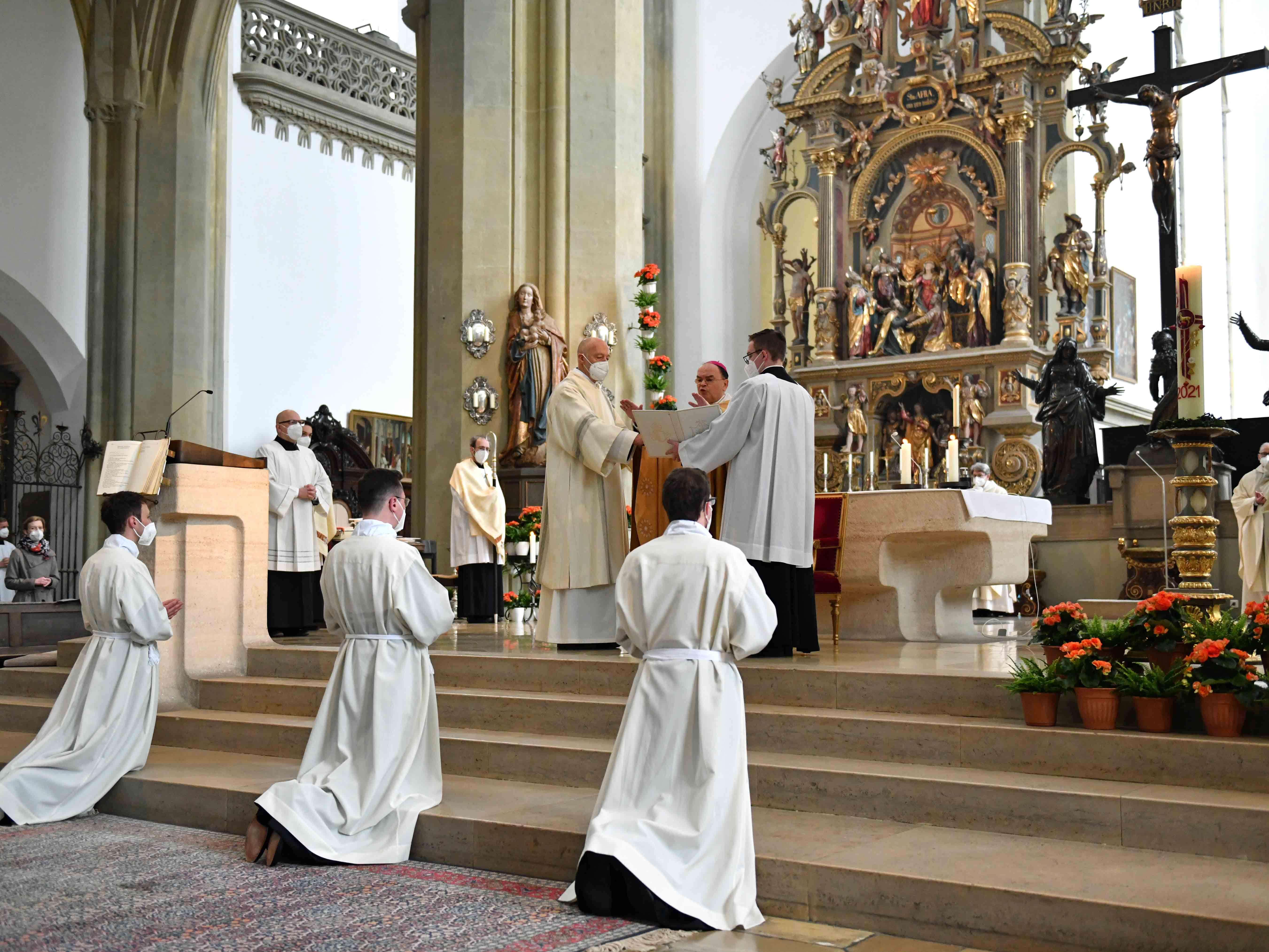 Durch das Weihegebet bittet der Bischof, dass Gott seinen Geist auf die Diakone herabsenden möge. (Fotos: Nicolas Schnall / pba)