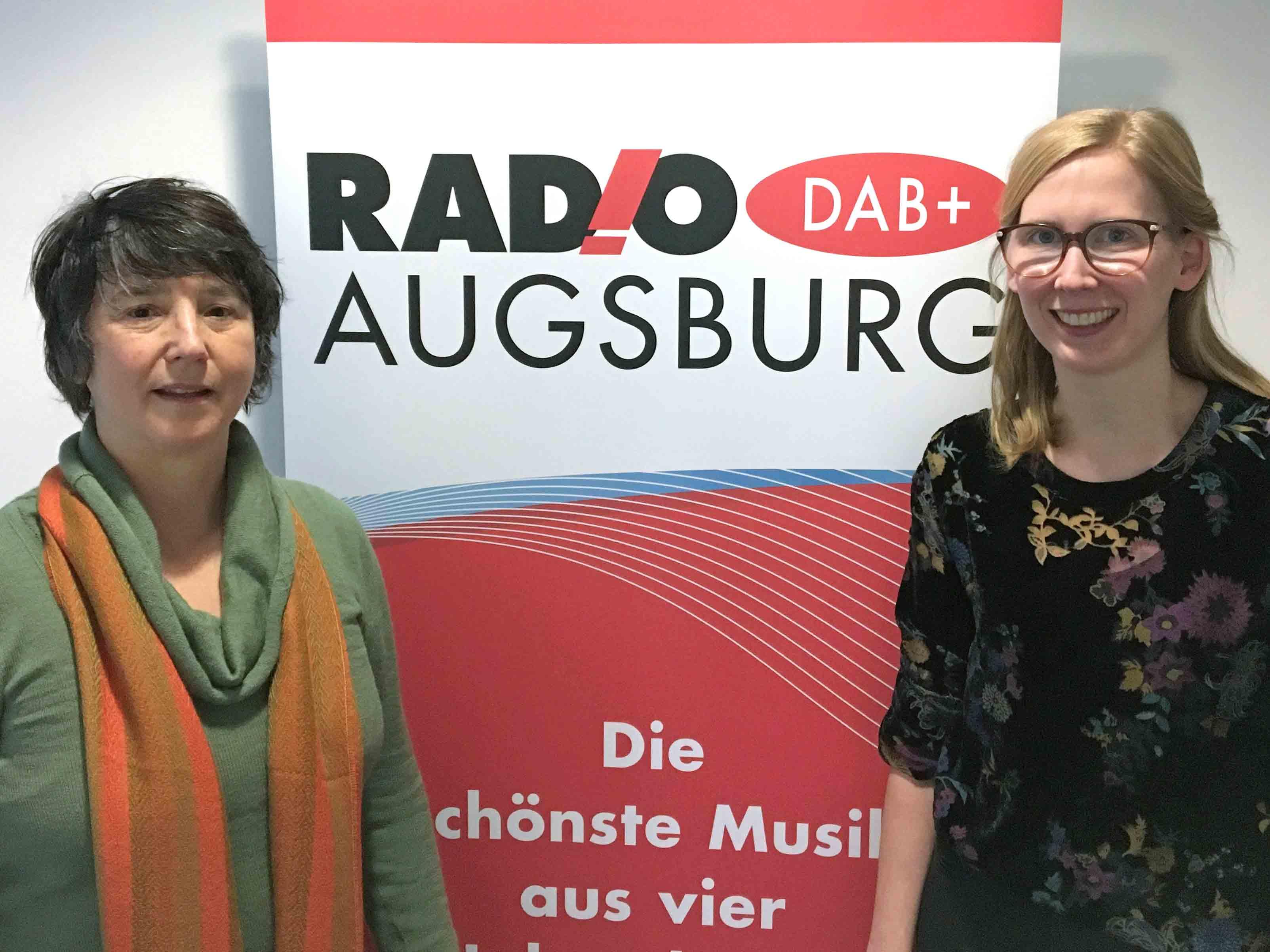Radio Augsburg-Moderatorin Katharina van der Beek (rechts) mit Pia Haertinger vom SKM. (Foto: Radio Augsburg)