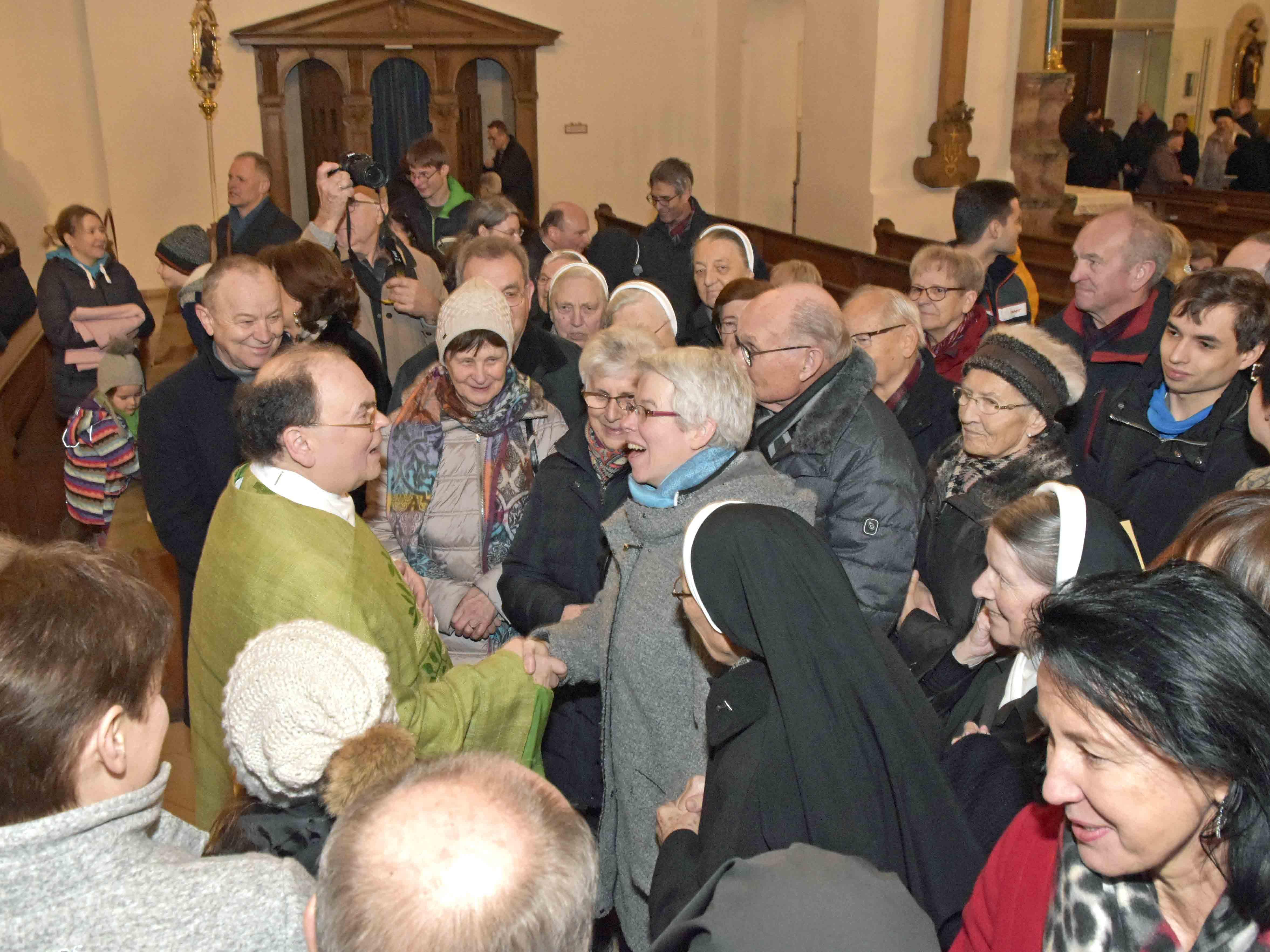 Etliche Gläubige in Dillingen nutzten die Chance, den designierten Augsburger Bischof Dr. Bertram Meier persönlich zu begrüßen. (Foto: SonntagsZeitung / Bunk)